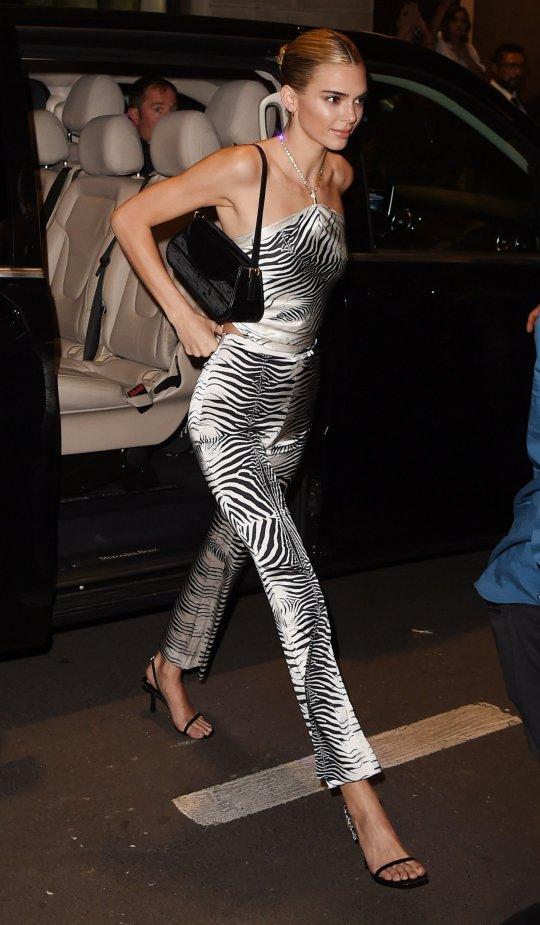 Kendall Jenner xuất hiện trong buổi tiệc của nhà mốt Versace tại Tuần lễ thời trang Milan Xuân - Hè 2020