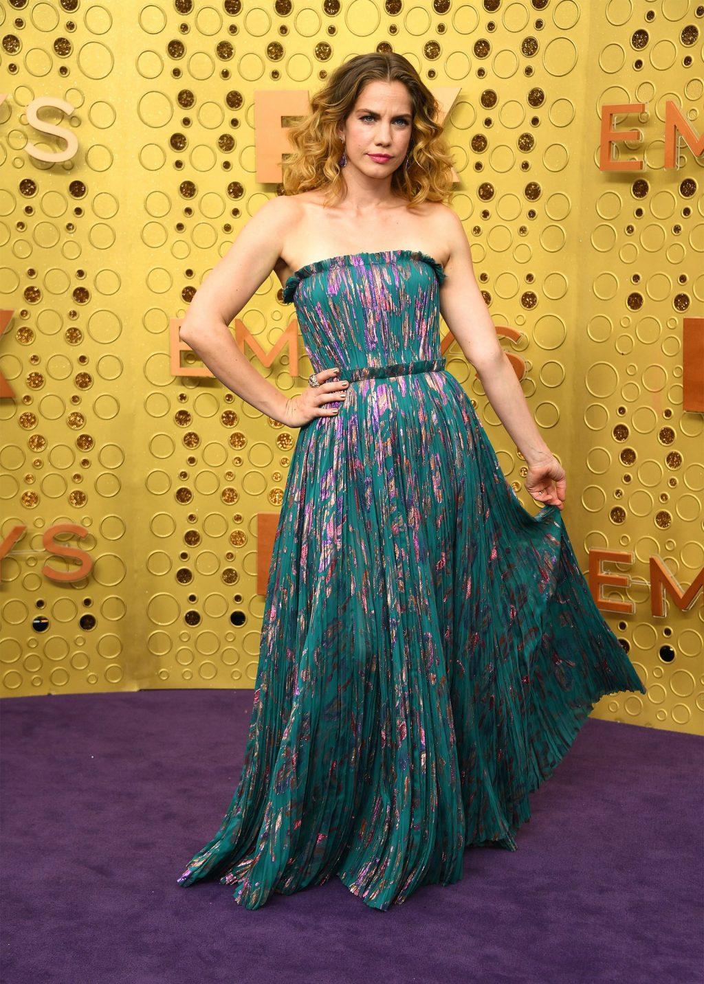 Anna Chlumsky xuất trong trang phục từ nhà mốt J. Mendel. Năm nay, cô được đề cử cho hạng mục nữ diễn viên phụ xuất sắc tại lễ trao giải Emmy 2019.