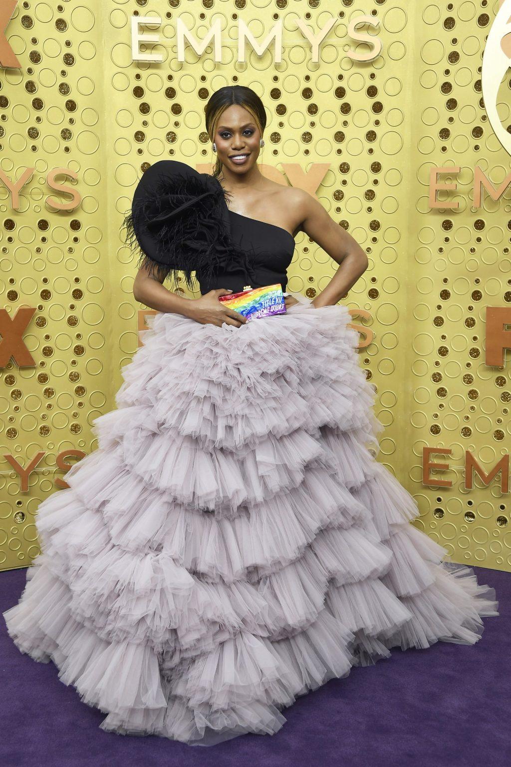 Laverne Cox trong trang phục từ thương hiệu Monsoori và Supreme tại lễ trao giải Emmy 2019
