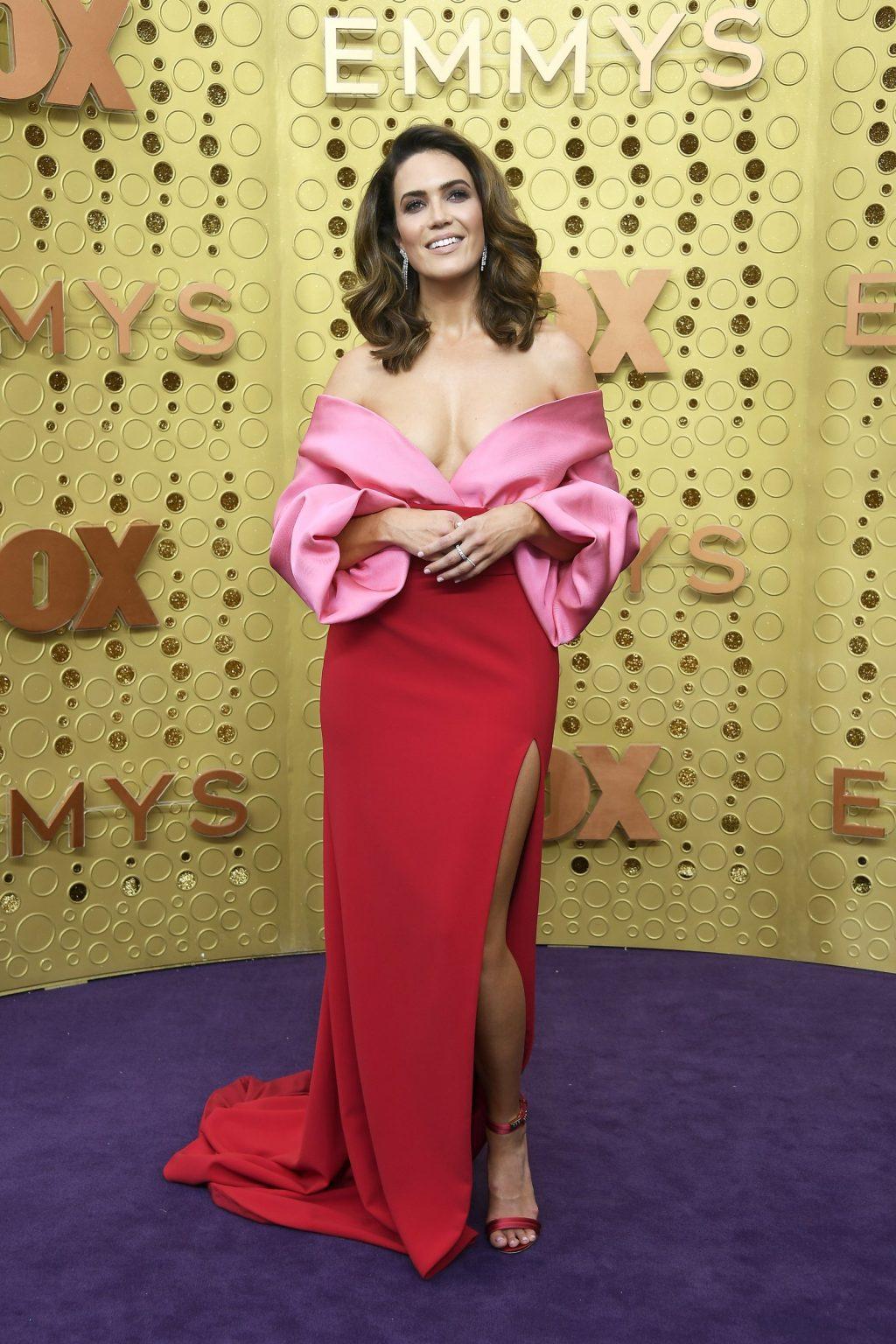 Mandy Moore được đề cử cho giải nữ diễn chính tại lễ trao giải Emmy 2019. Nữ diễn viên xuất hiện trong thiết kế đầm trễ vai từ Brandon Maxwell.