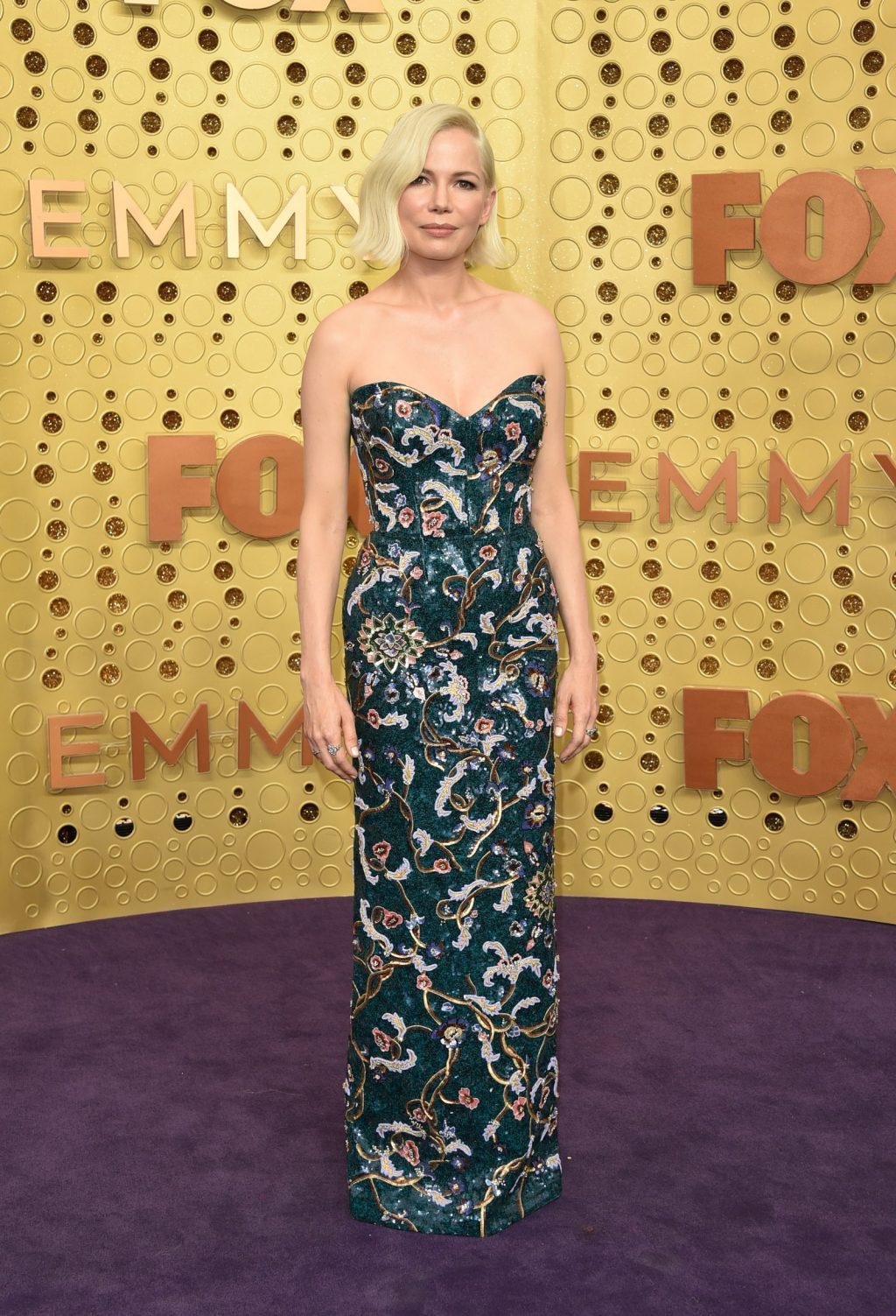 Michelle Williams trong thiết ké từ Louis Vuitton trên thảm đỏ lễ trao giải Emmy 2019