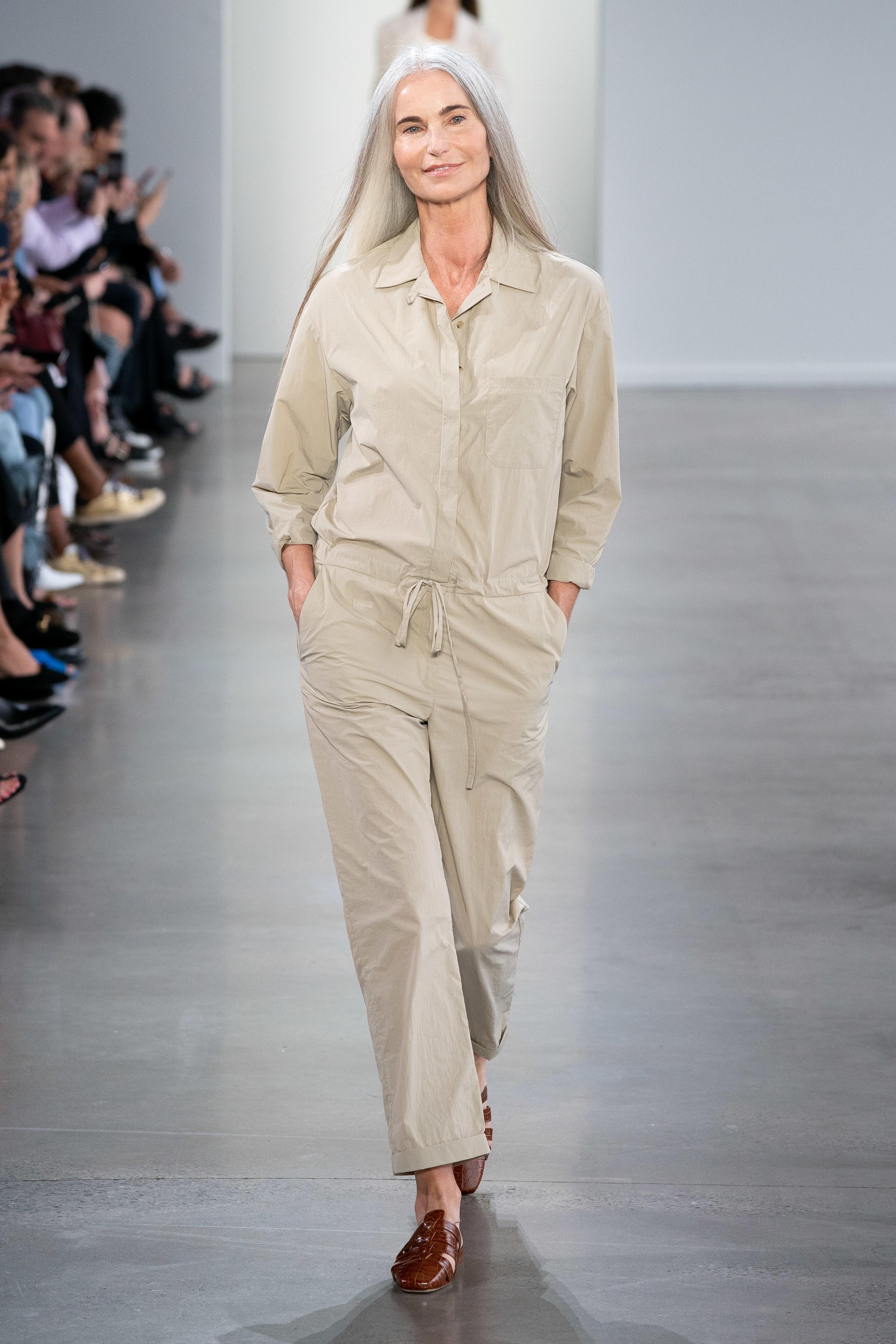 Người mẫu lớn tuổi trong buổi trình diễn của thương hiệu Deveaux tại Tuần lễ thời trang Xuân - Hè 2020