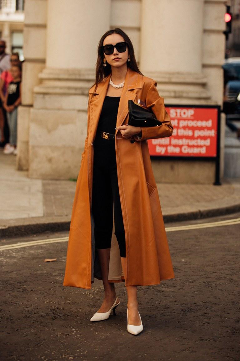 phụ kiện ngọc trai cùng trang phục màu sắc trung tính tại Tuần lễ thời trang London Xuân - Hè 2020
