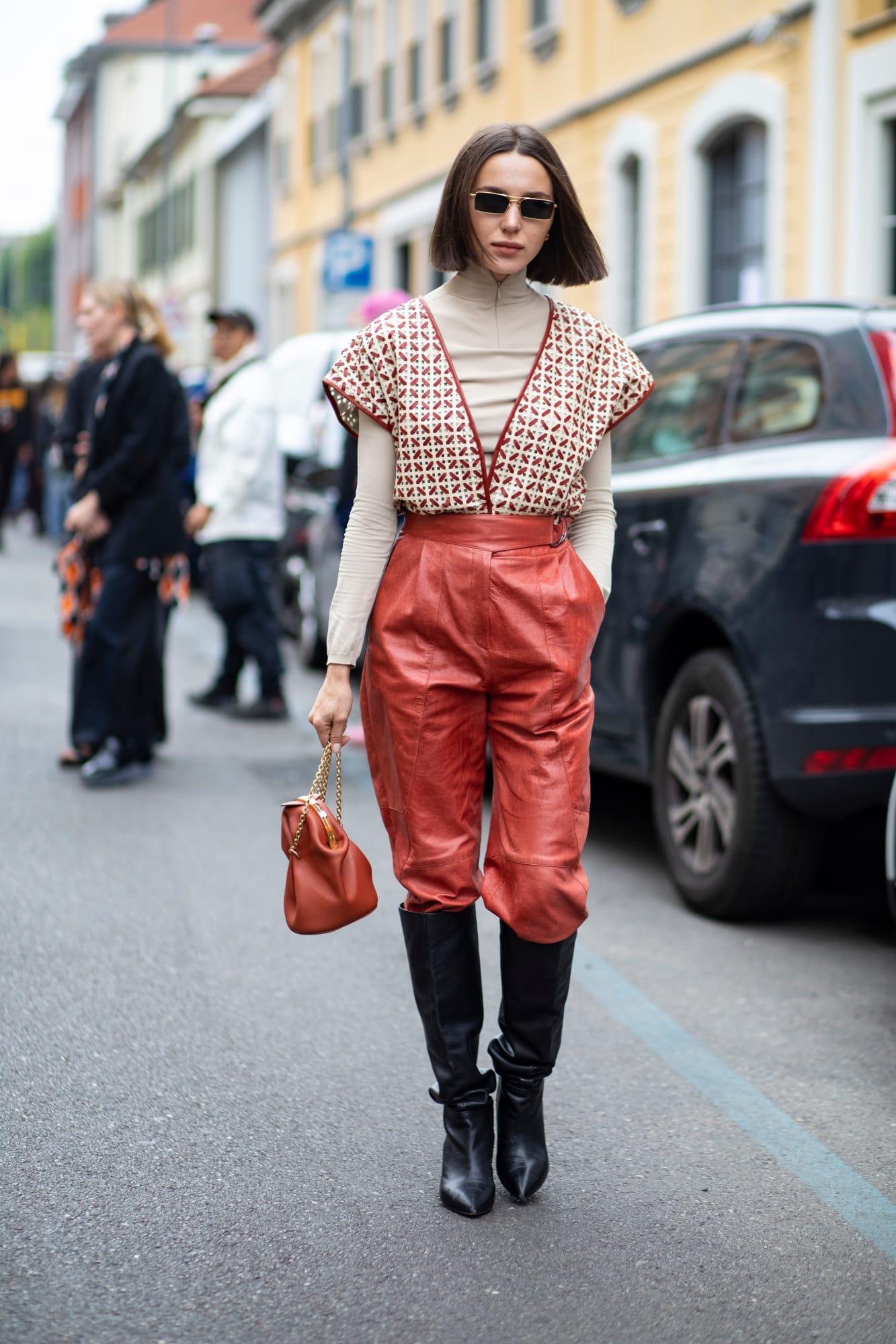 khi phối da cùng chất liệu khác, nhiều fashionista chọn item có màu sắc hài hoà