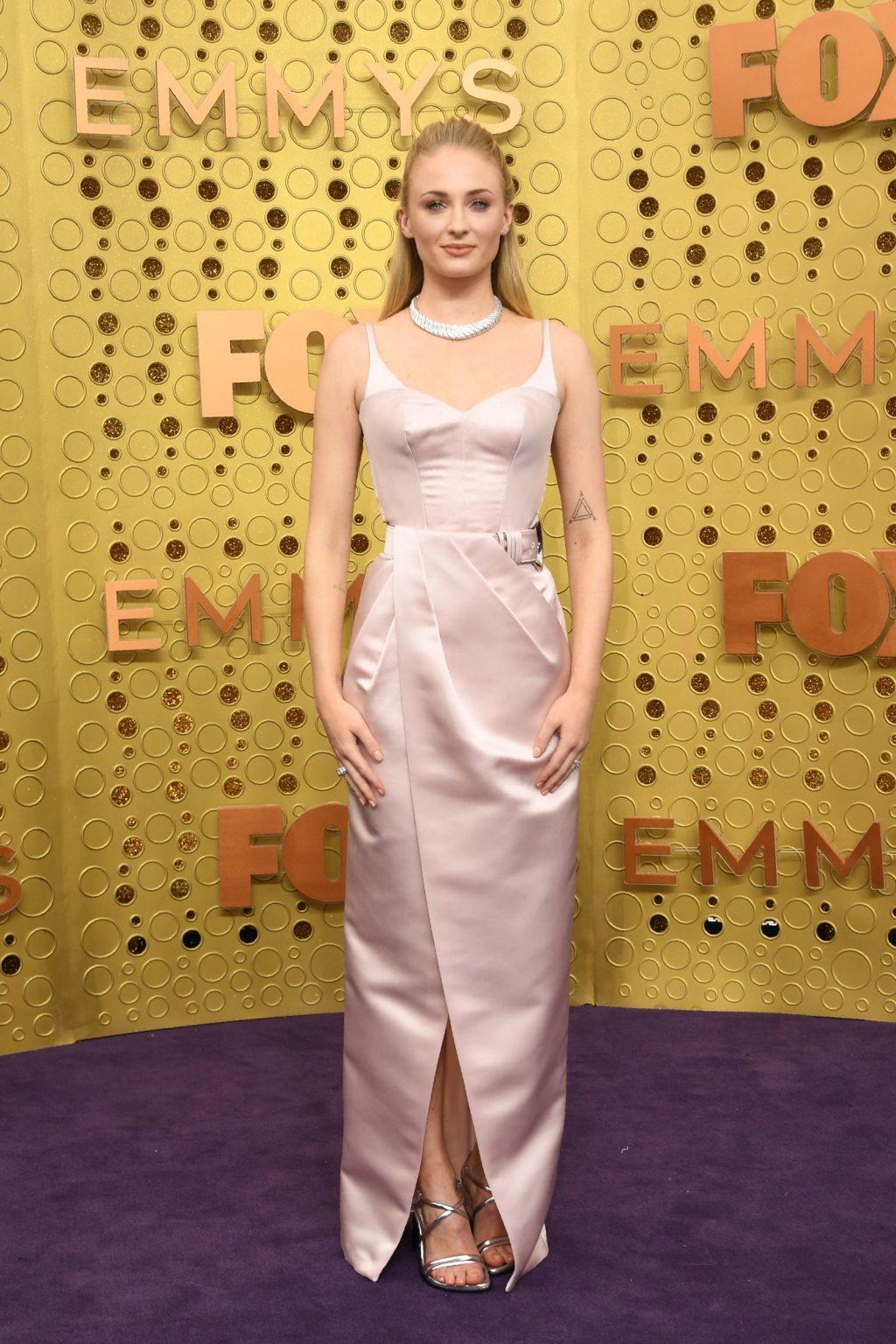 Sansa Stark (Sophie Turner) của series truyền hình đình đám Game of Thrones xuất hiện trong mẫu đầm màu hồng phấn từ Louis Vuitton