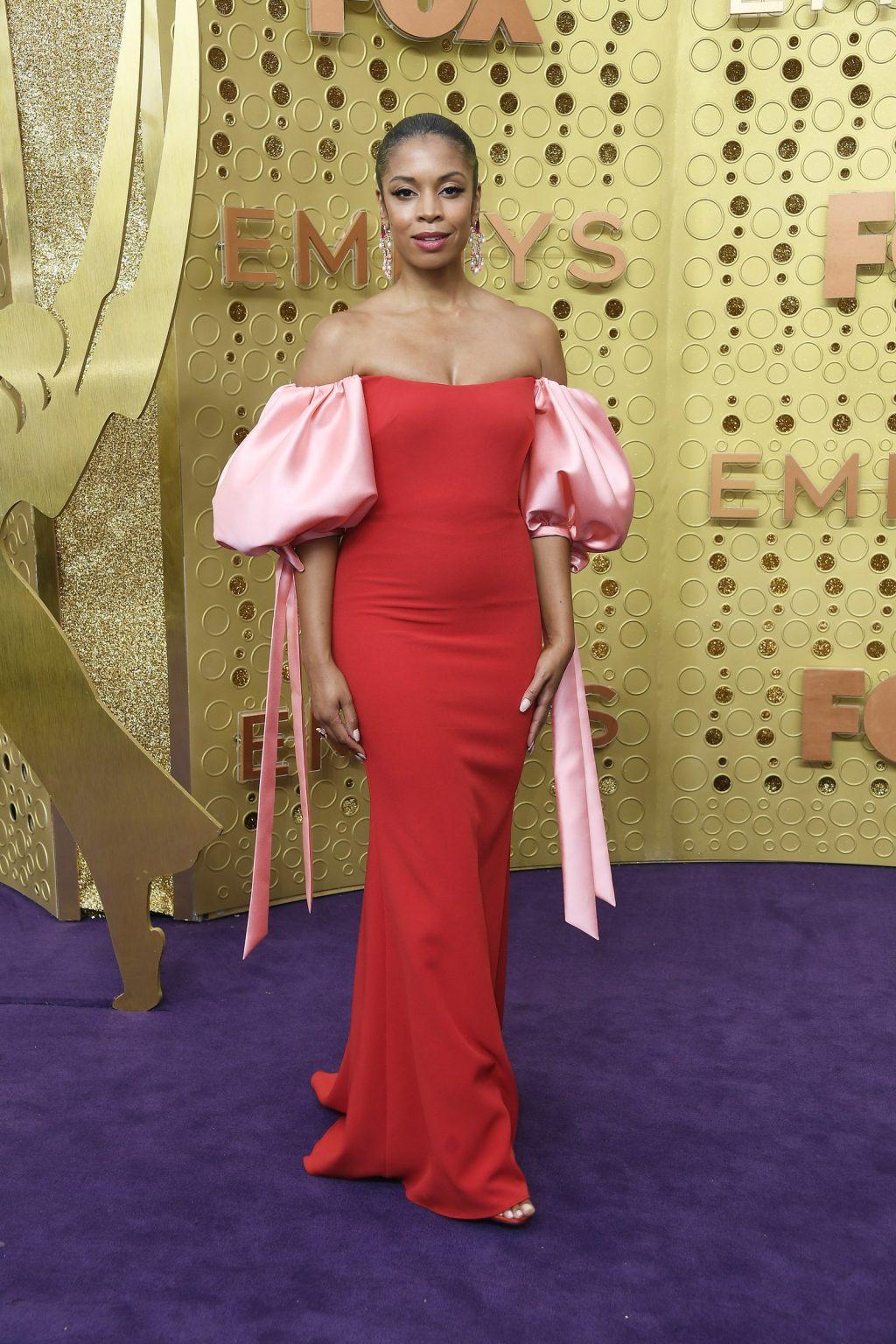 Nữ diễn viên Susan Kelechi Watson xuất hiện tại lễ trao giải emmy 2019 trong thiết kế ấn tượng với hai màu chủ đạo hồng, đỏ.