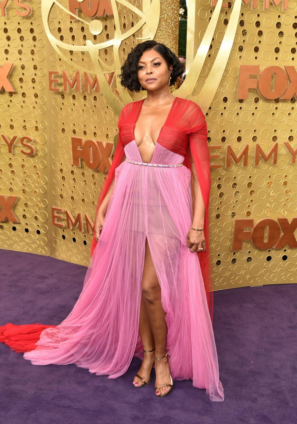 Sự kết hợp giữa hồng và đỏ cùng được nhiều sao chọn khi xuất hiện tại thảm đỏ Emmy 2019. Taraji P.Henson xuất trong bộ đầm duyên dáng.