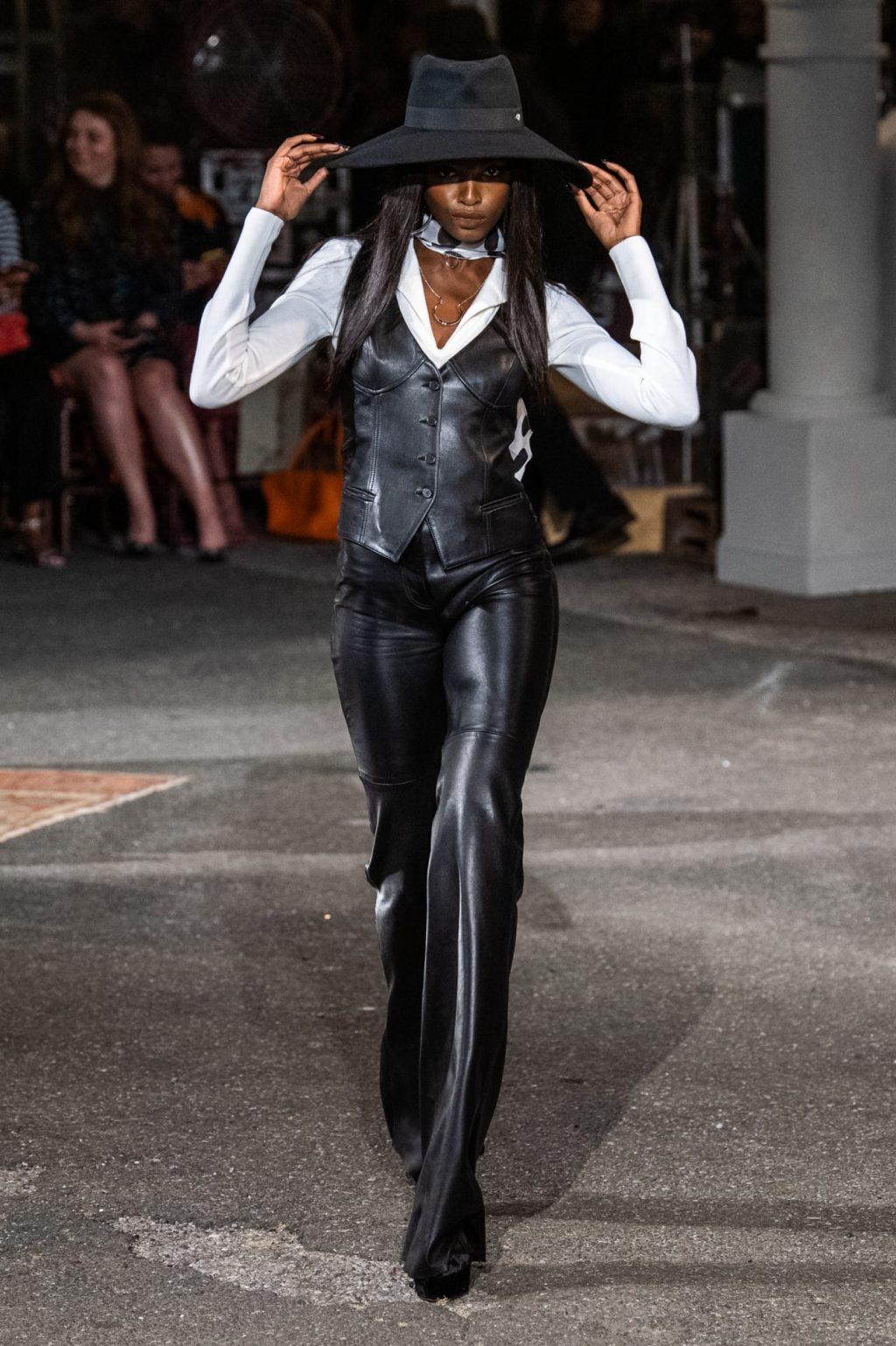 thiết kế suit chất liệu da và mũ rộng vành
