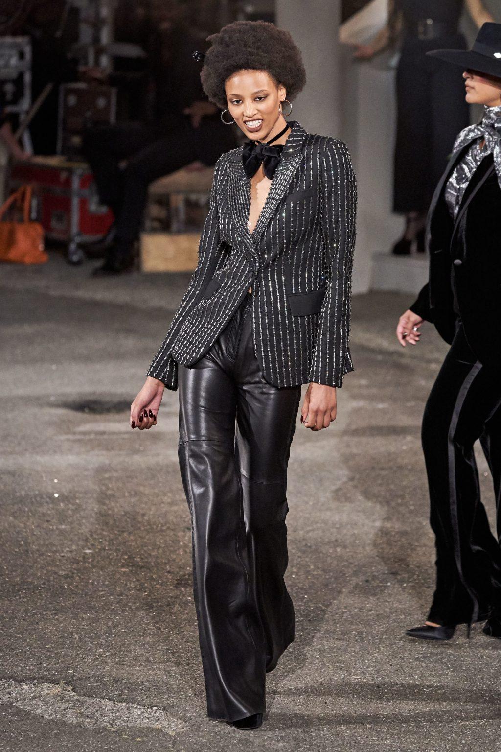 quần ông loe và áo khoác đính sequin tommy hilfiger 2019