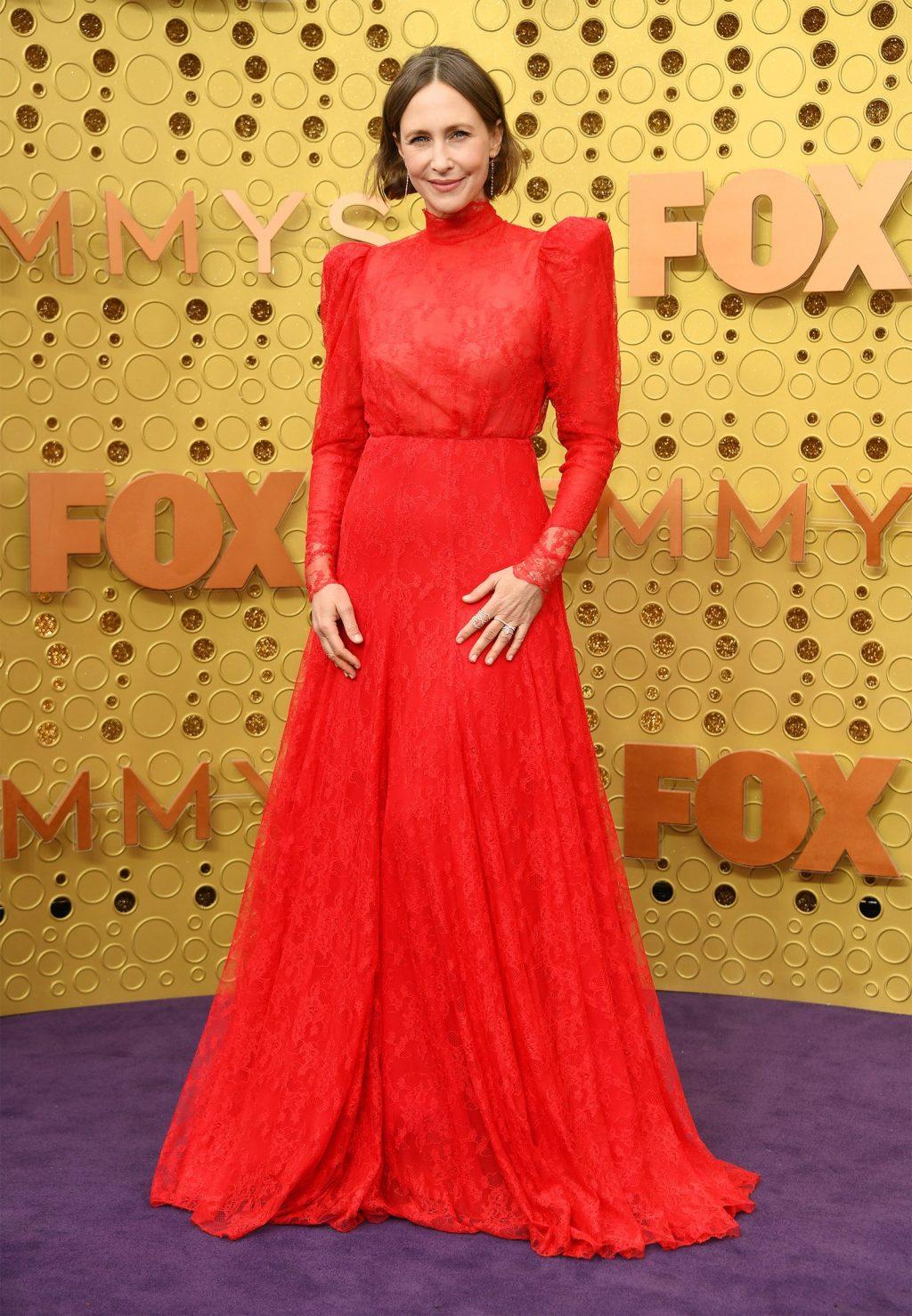 """Nữ diễn viên Vera Farmiga xuất hiện tại lễ trao giải emmy 2019 trong thiết kế màu đỏ nổi bật, """"kín cổng cao tường"""" từ thương hiệu Ryan Roche. Cô chọn giày từ Yves Saint Laurent và trang sức Eva Fehren. (Ảnh: Kevin Mazur)"""