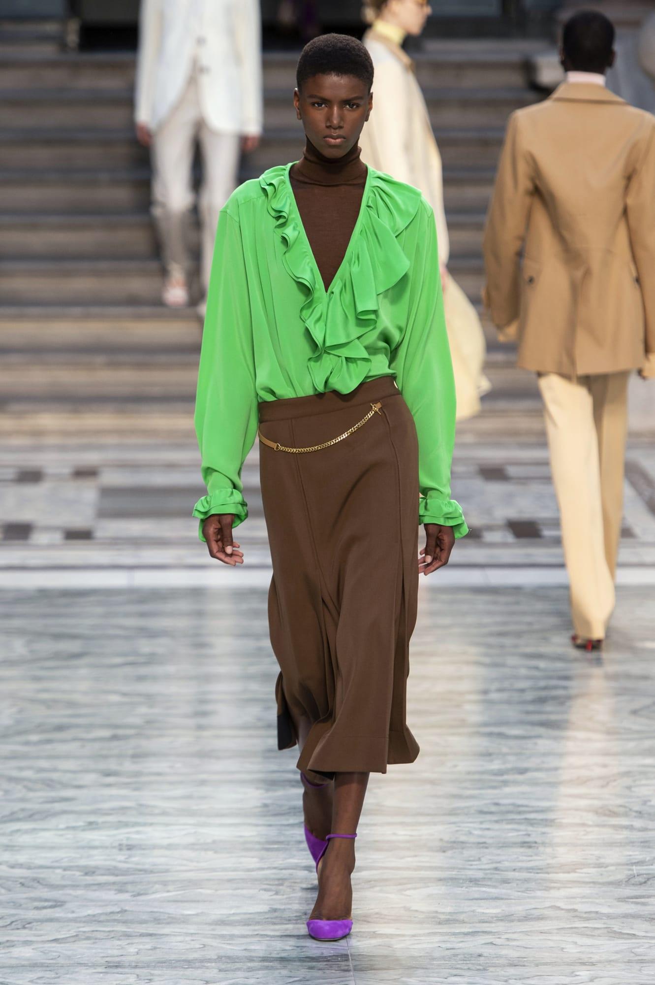áo blouse xanh lá và đầm cổ lọ màu nâu