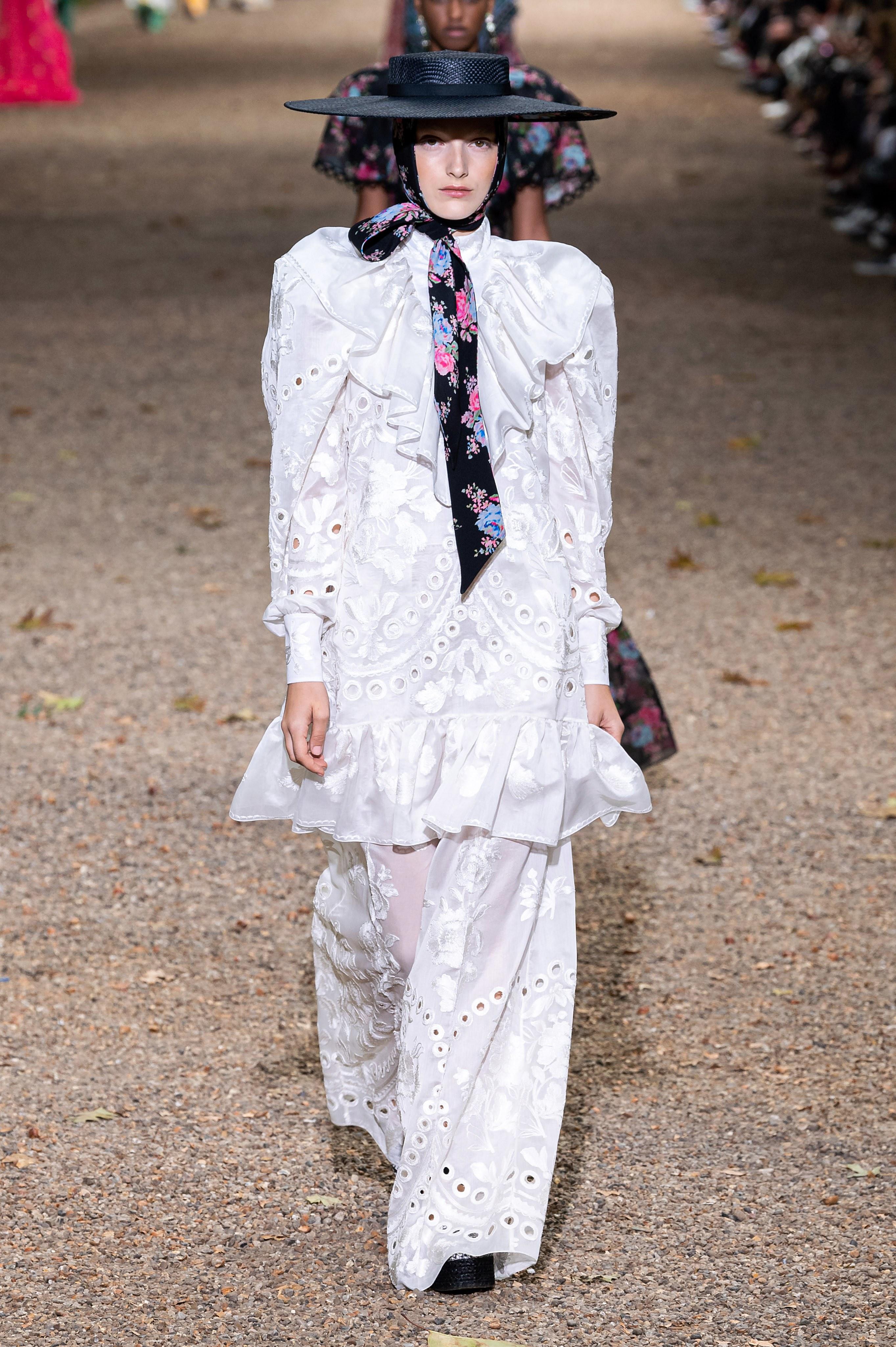 đầm thêu lỗ màu trắng bộ sưu tập erdem xuân hè 2020