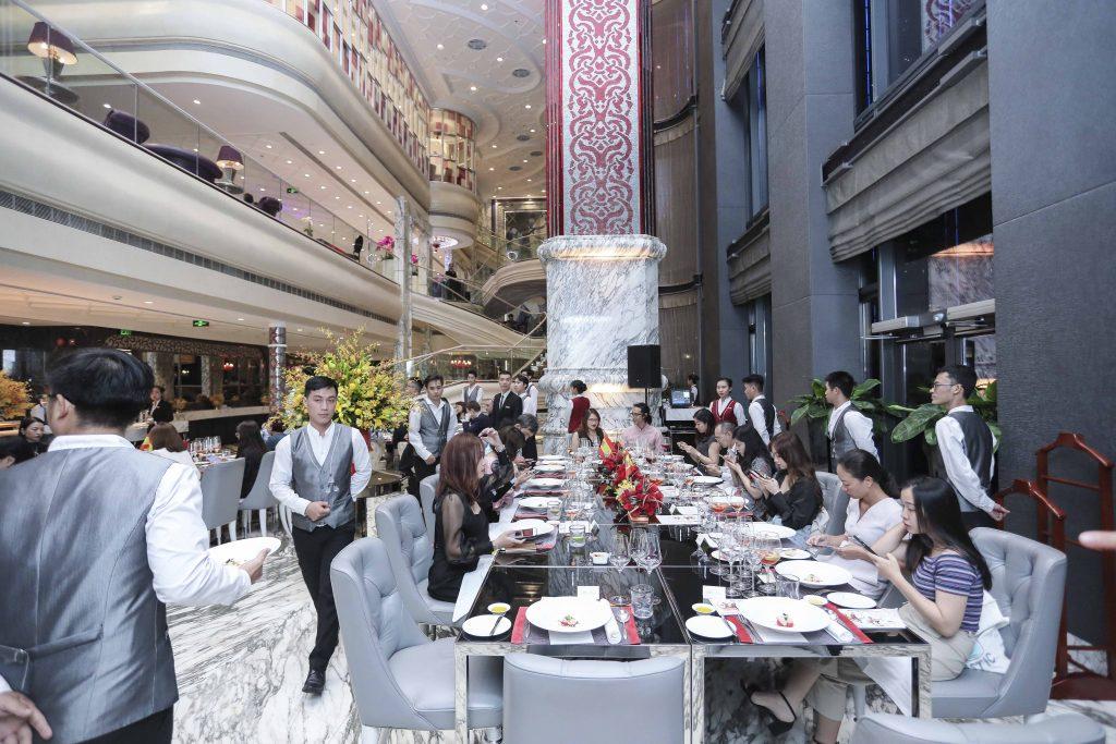 Bàn tiệc trong nhà hàng The Reverie Saigon