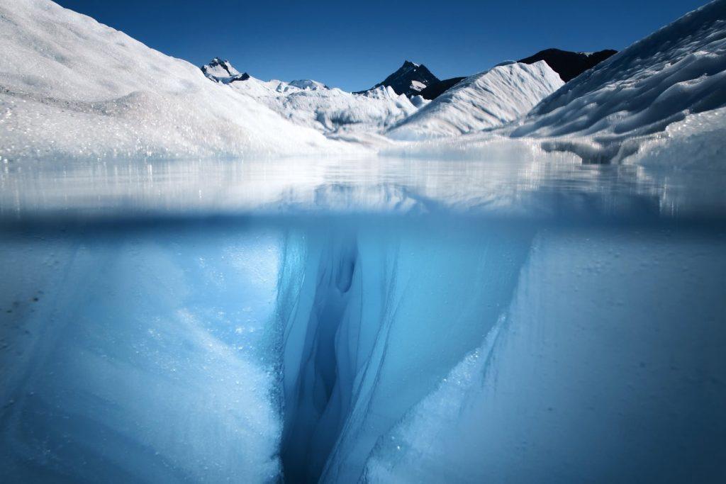 bên dưới của một dòng sông băng