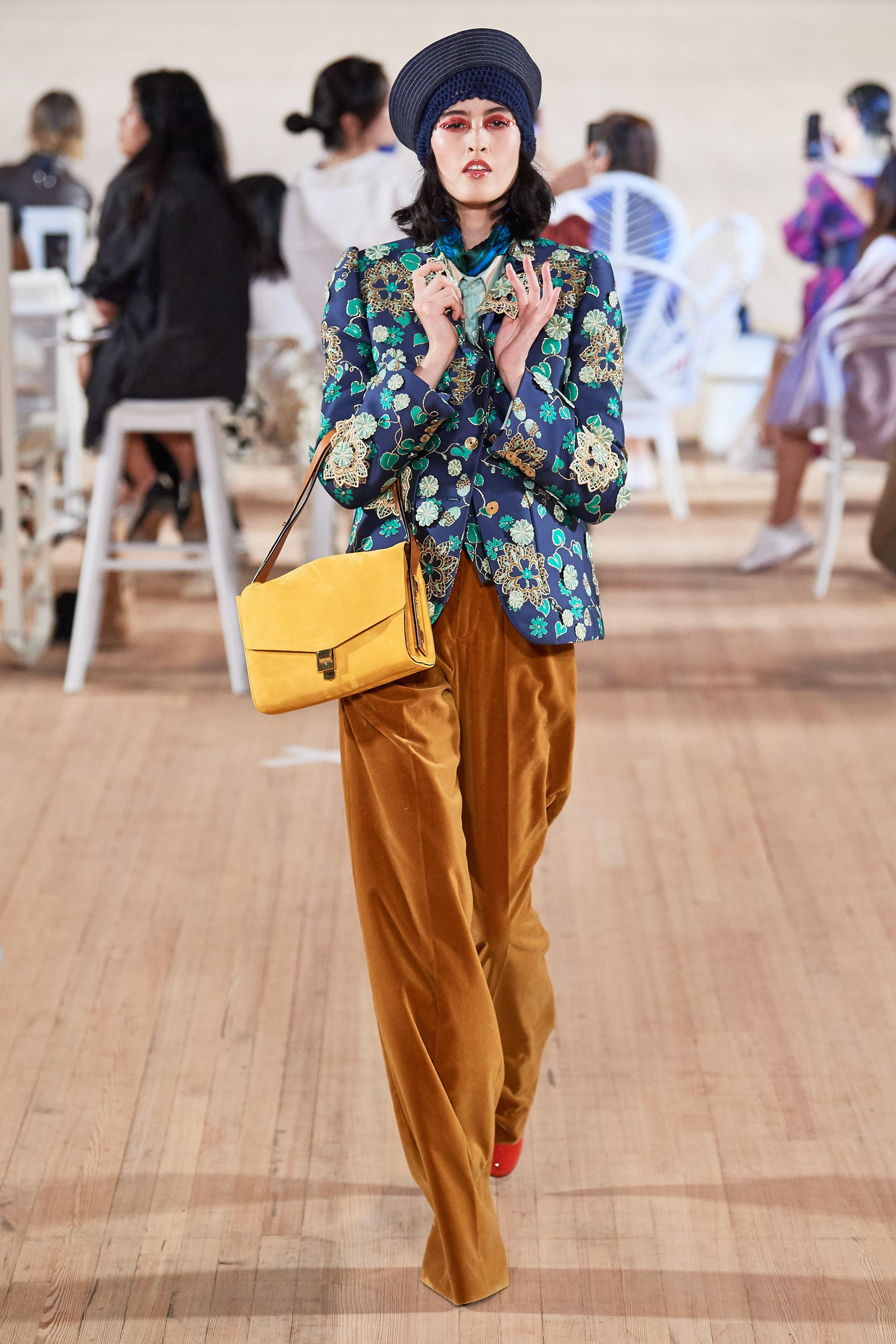 quần ống rộng và áo hoa marc jacobs