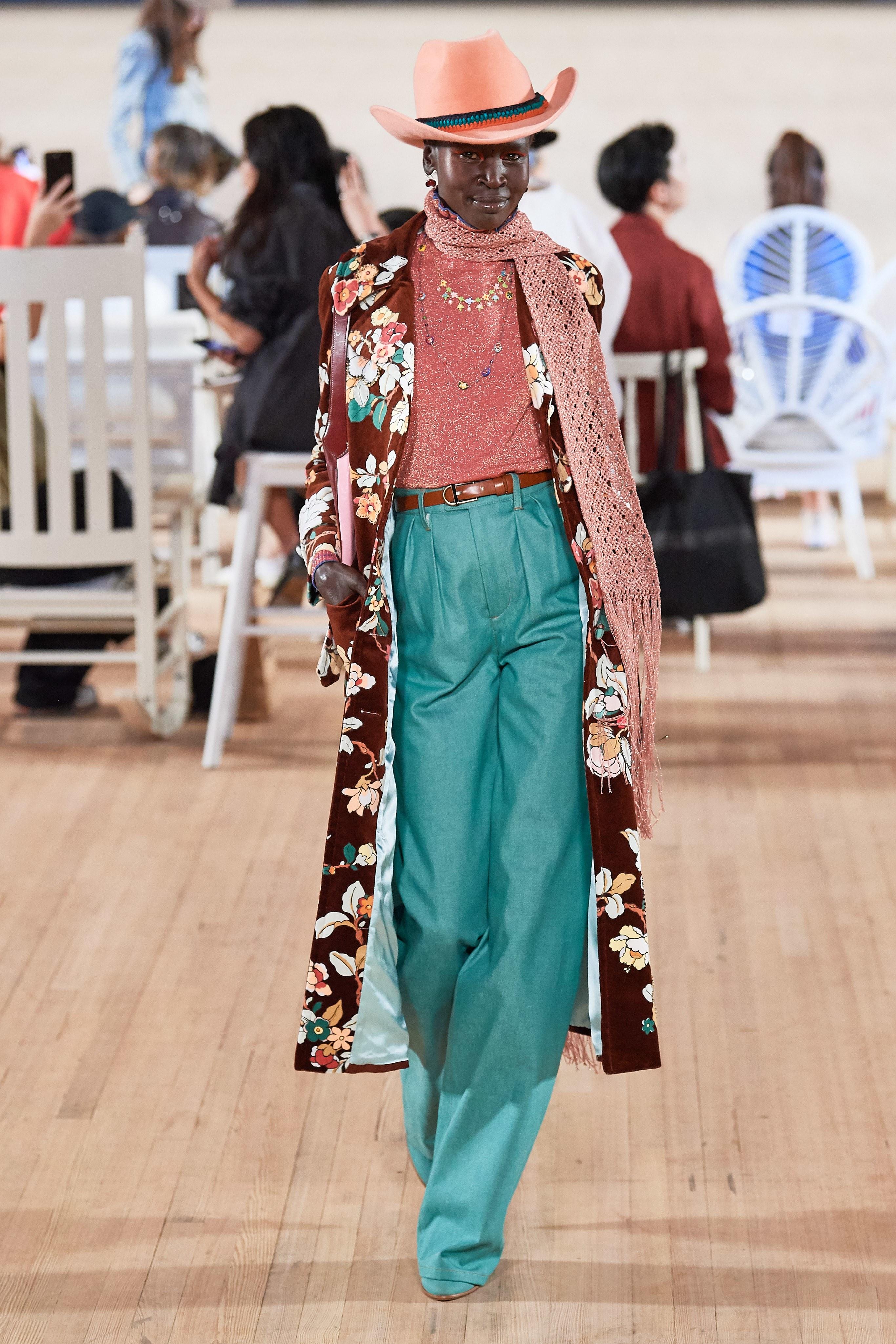 quần ống rộng và áo khoác dài marc jacobs