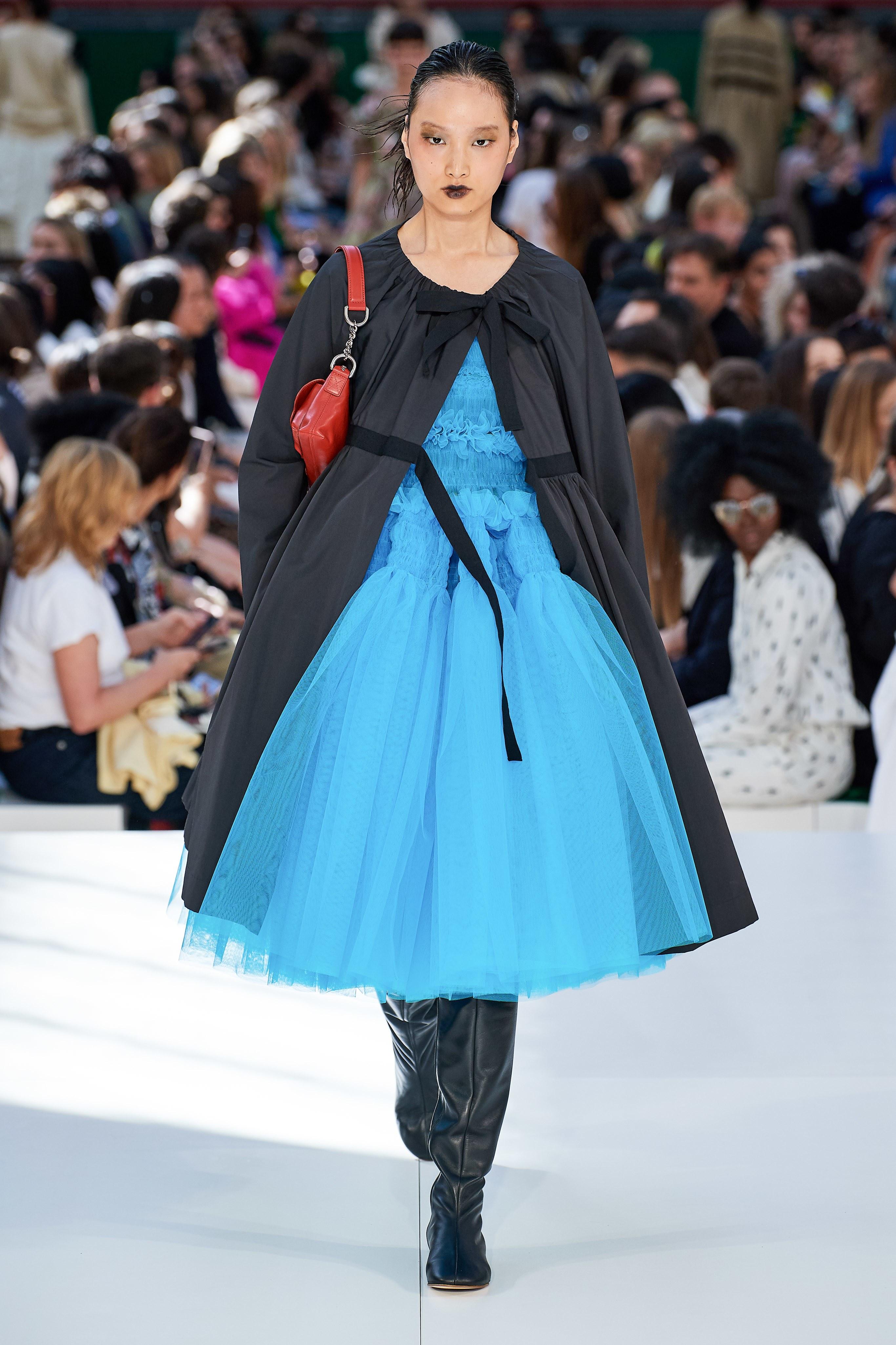 đầm xanh dương và áo khoác đen molly goddard