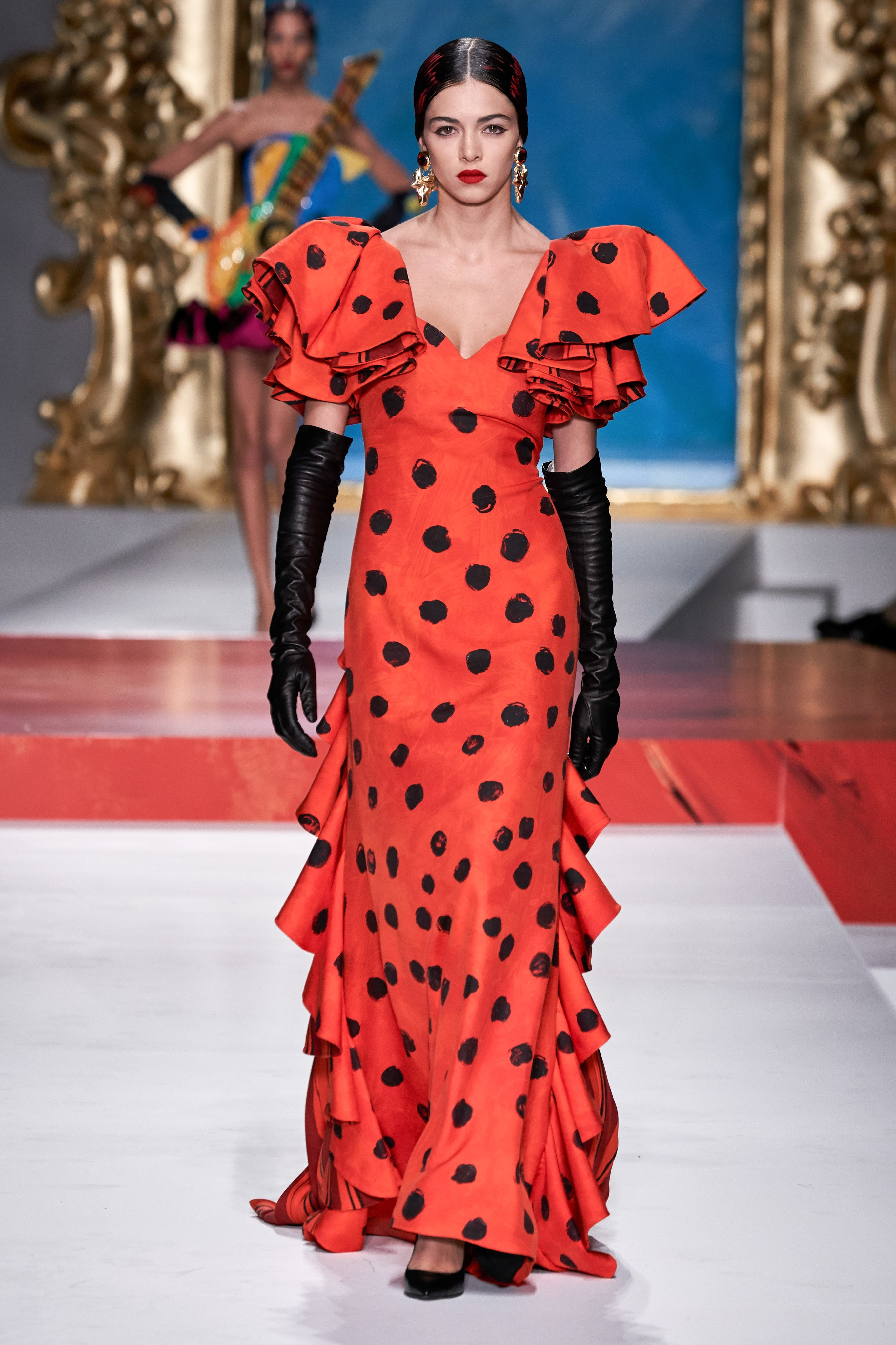 chiếc váy feria họa tiết chấm bi moschino