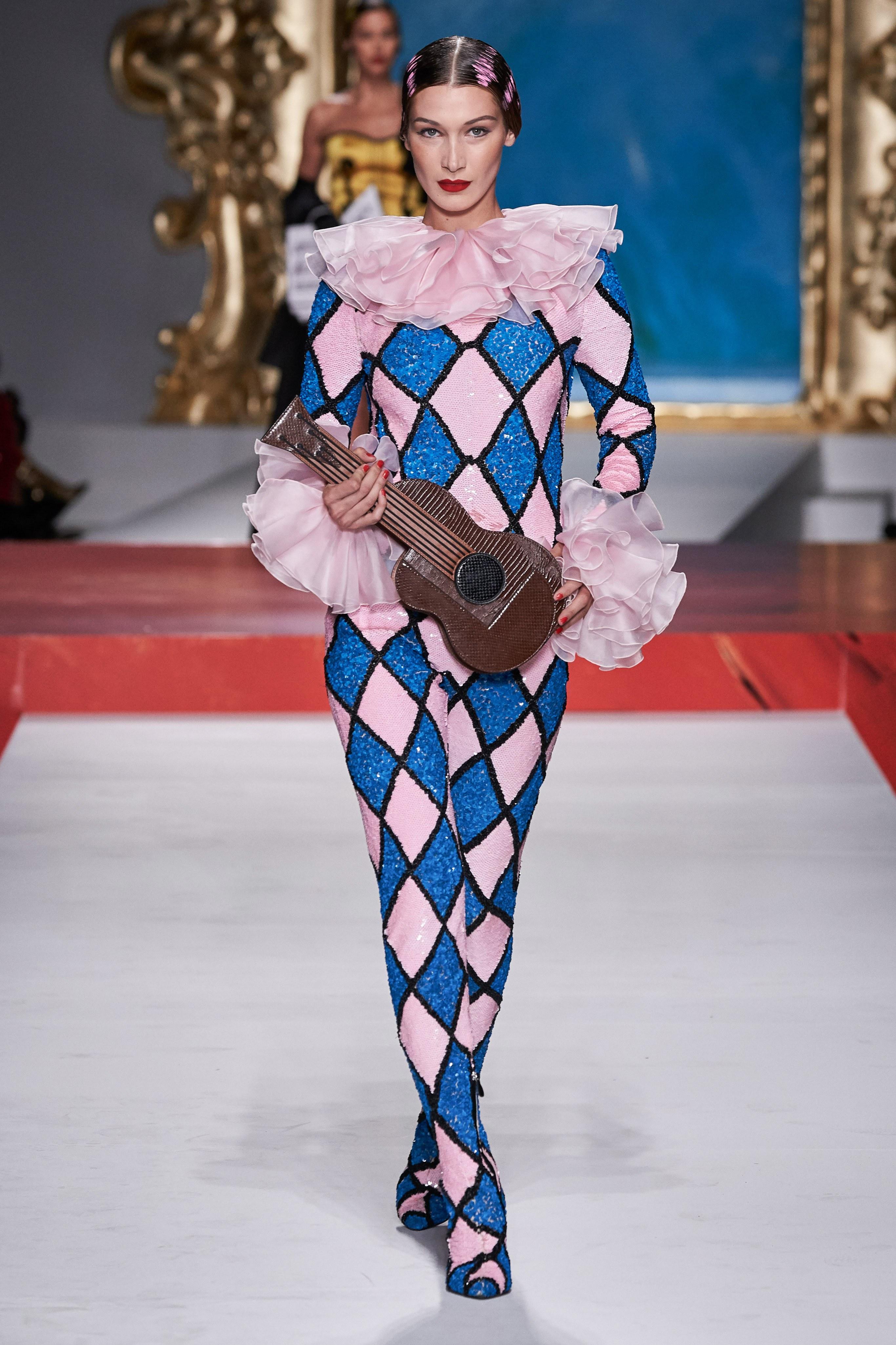 bella hadid mặc đồ harlequin bộ sưu tập moshino xuân hè 2020