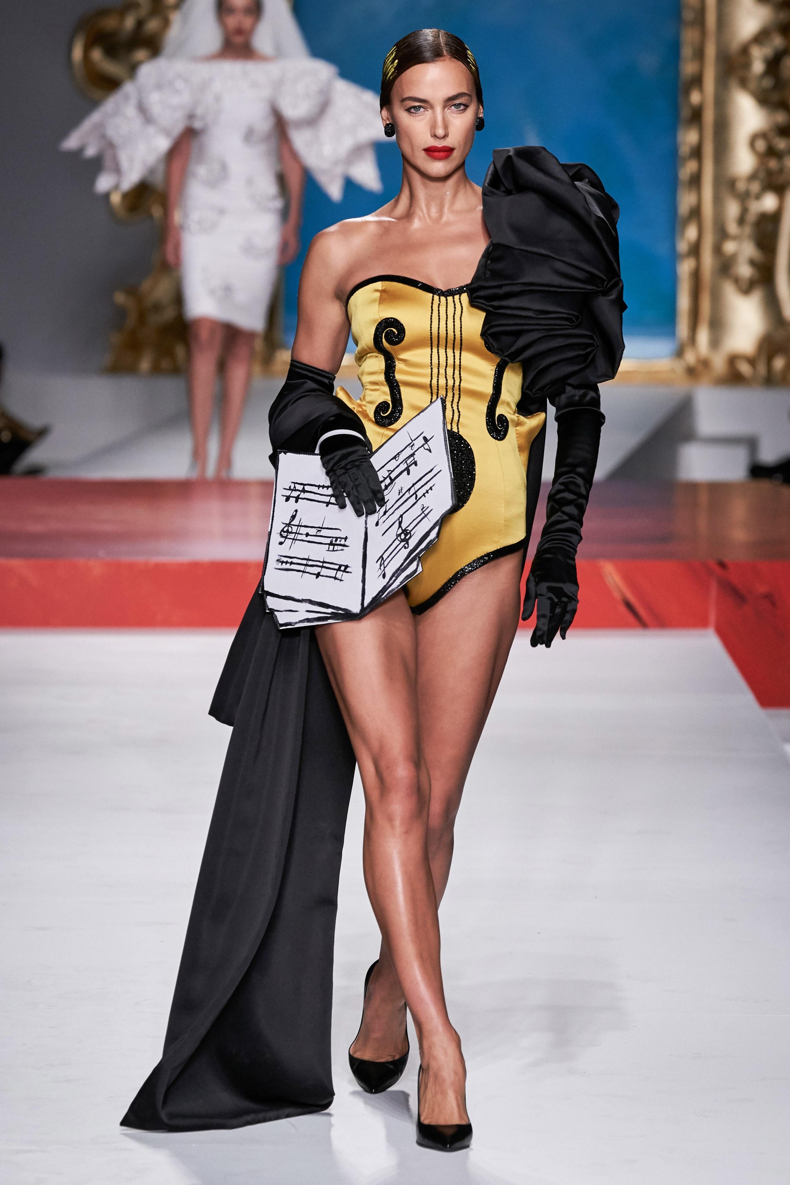 irina shayk mặc váy satin lụa vàng bộ sưu tập moschino xuân hè 2020