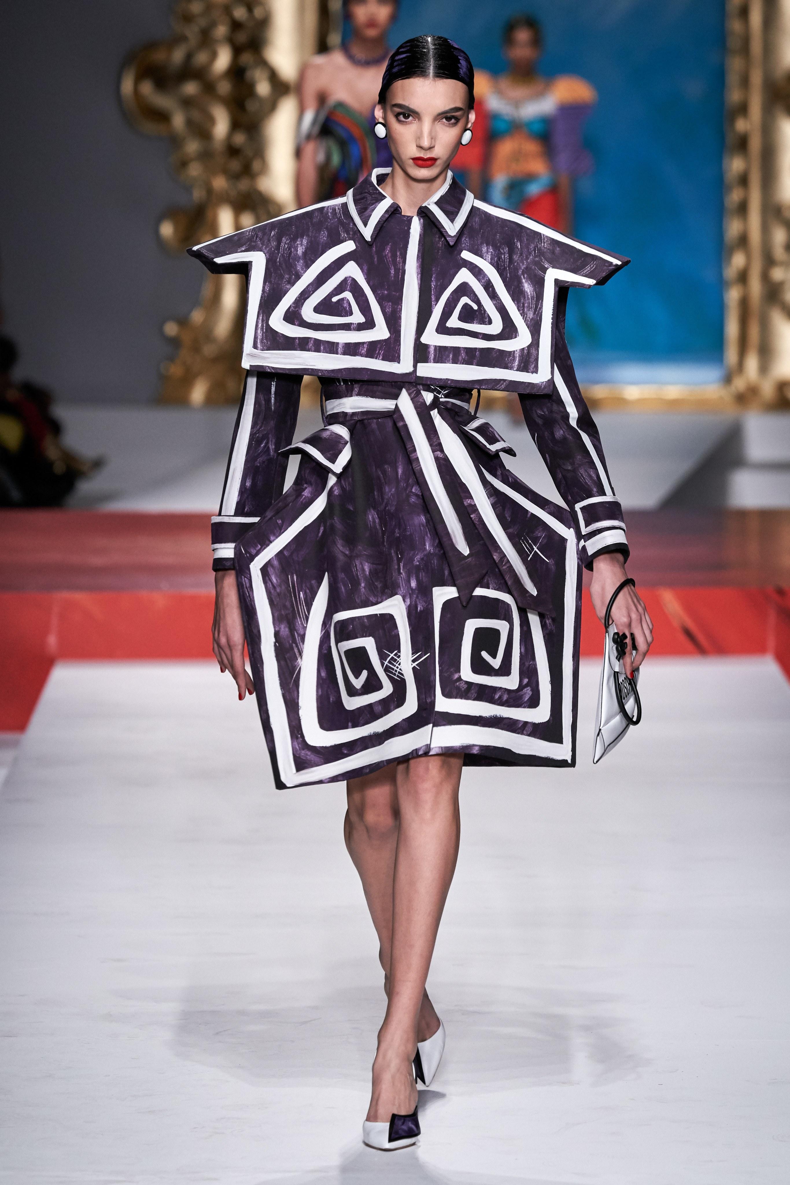 các thiết kế váy phức tạp moschino xuân hè 2020