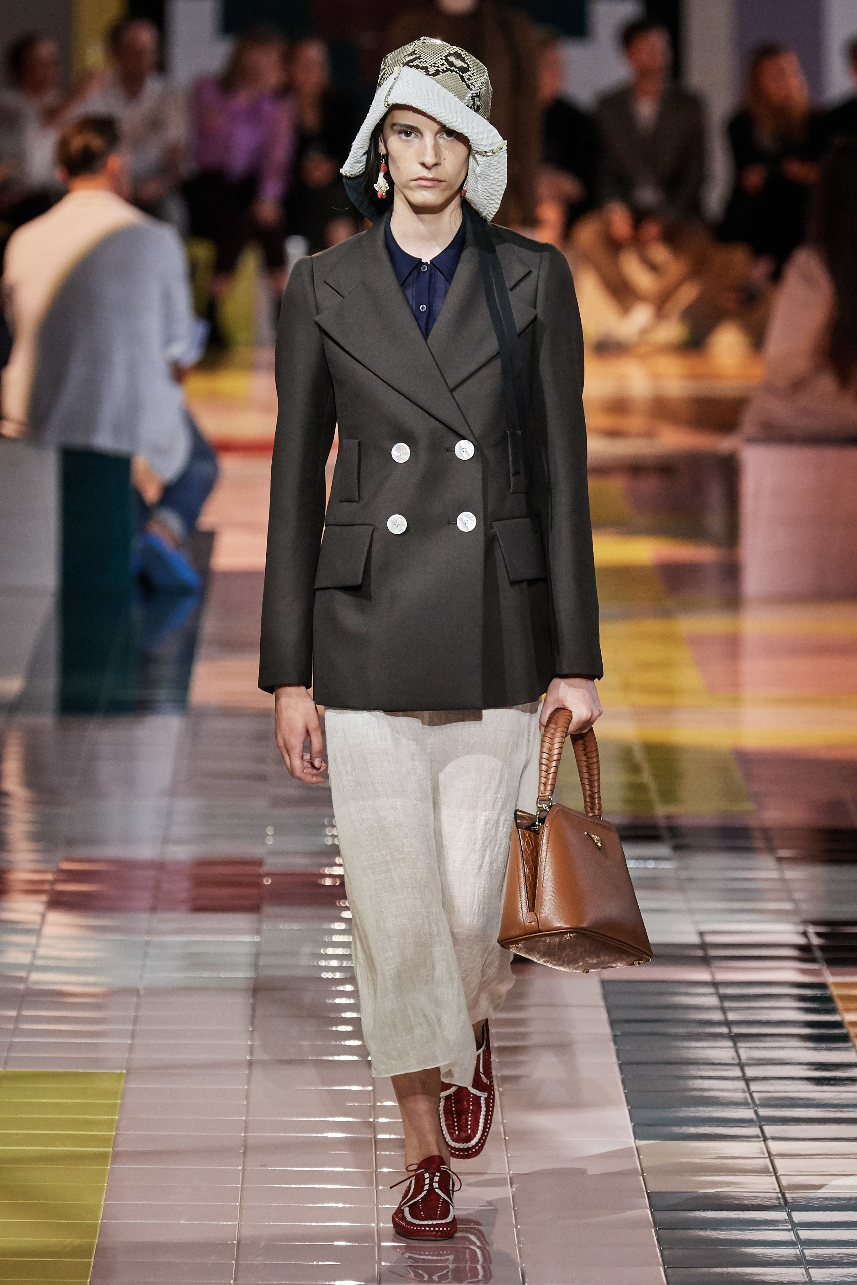áo vest đen và chân váy prada
