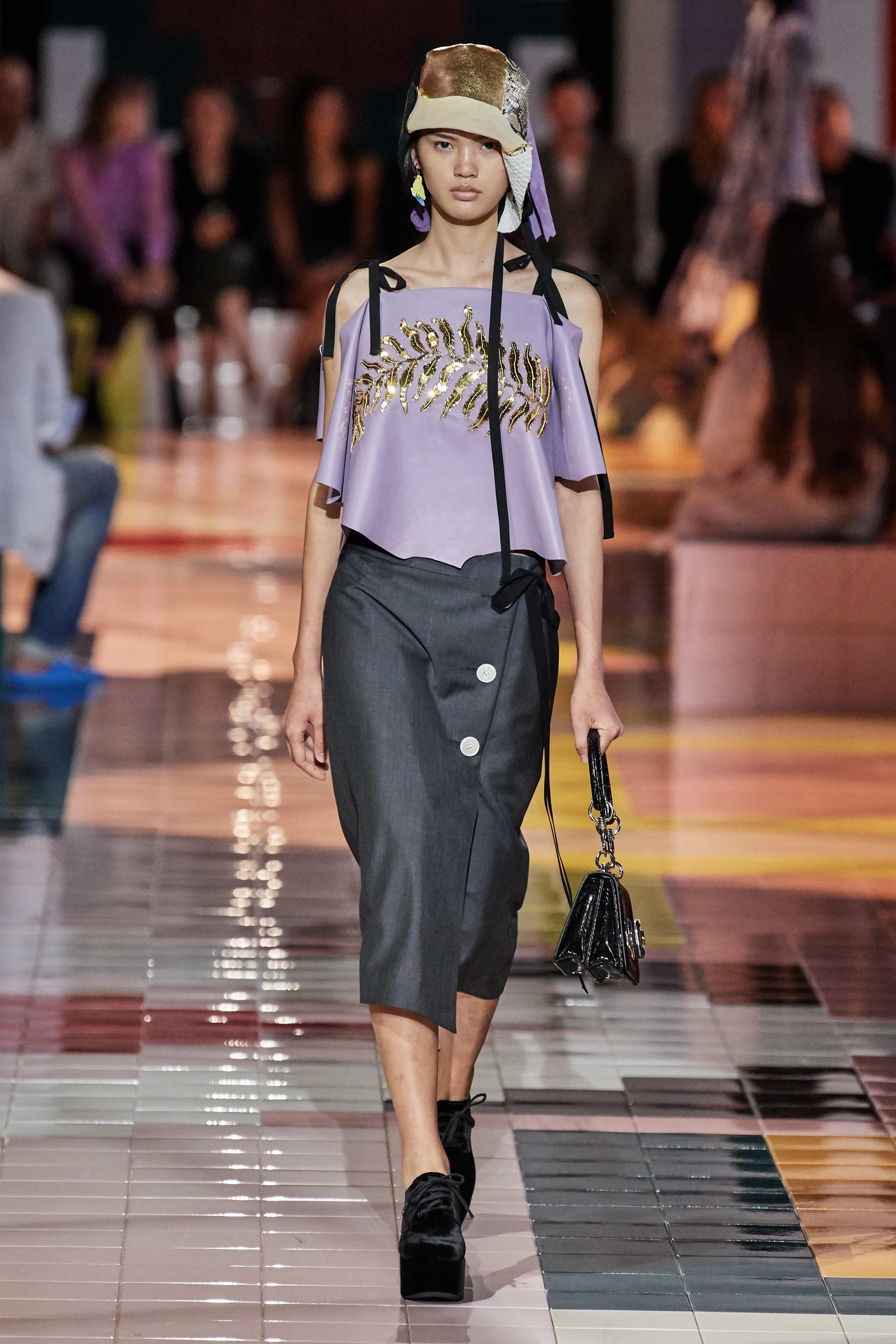 chân váy và áo màu tím bộ sưu tập prada xuân hè 2020