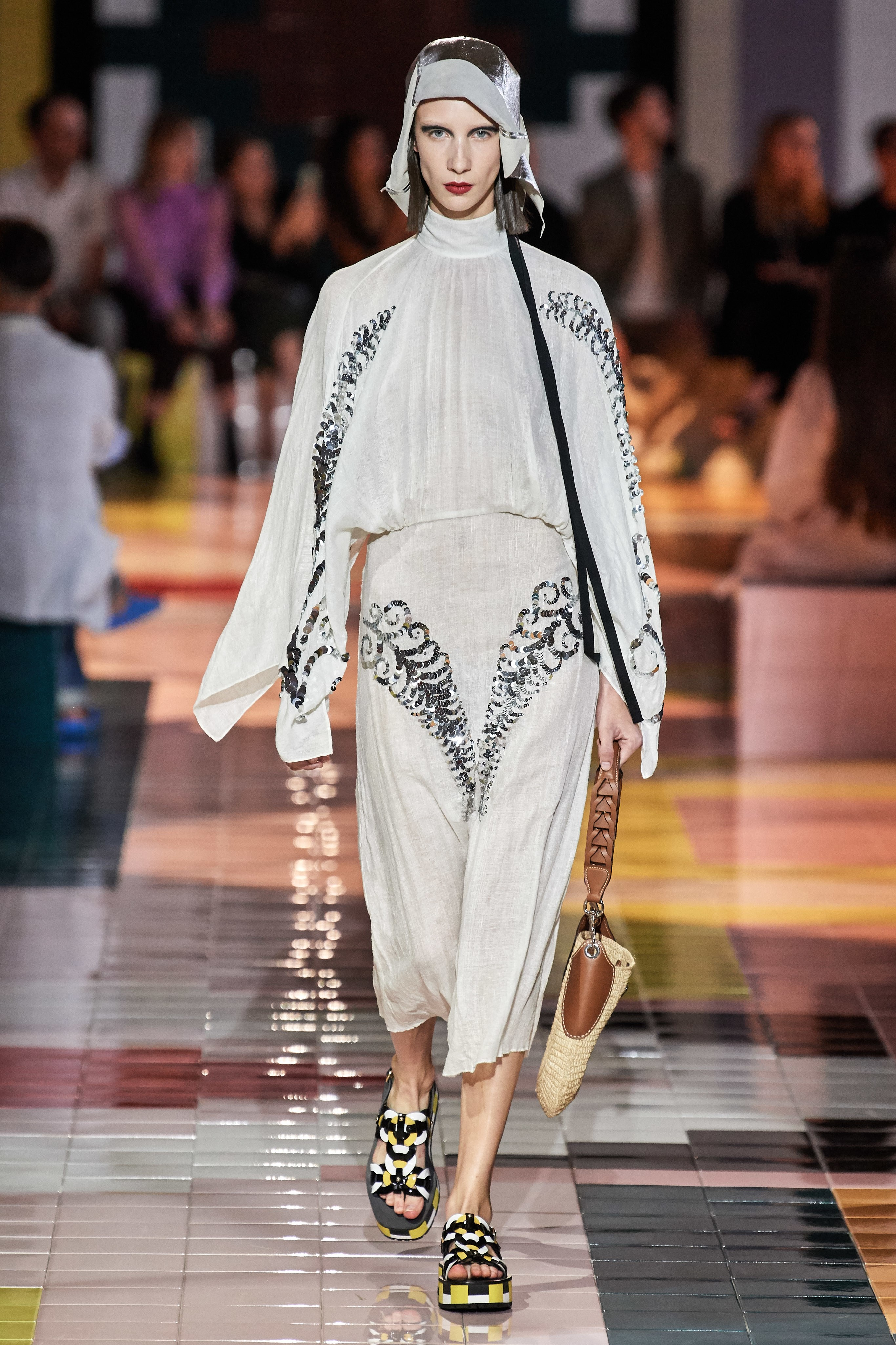 đầm tay dài bộ sưu tập prada xuân hè 2020