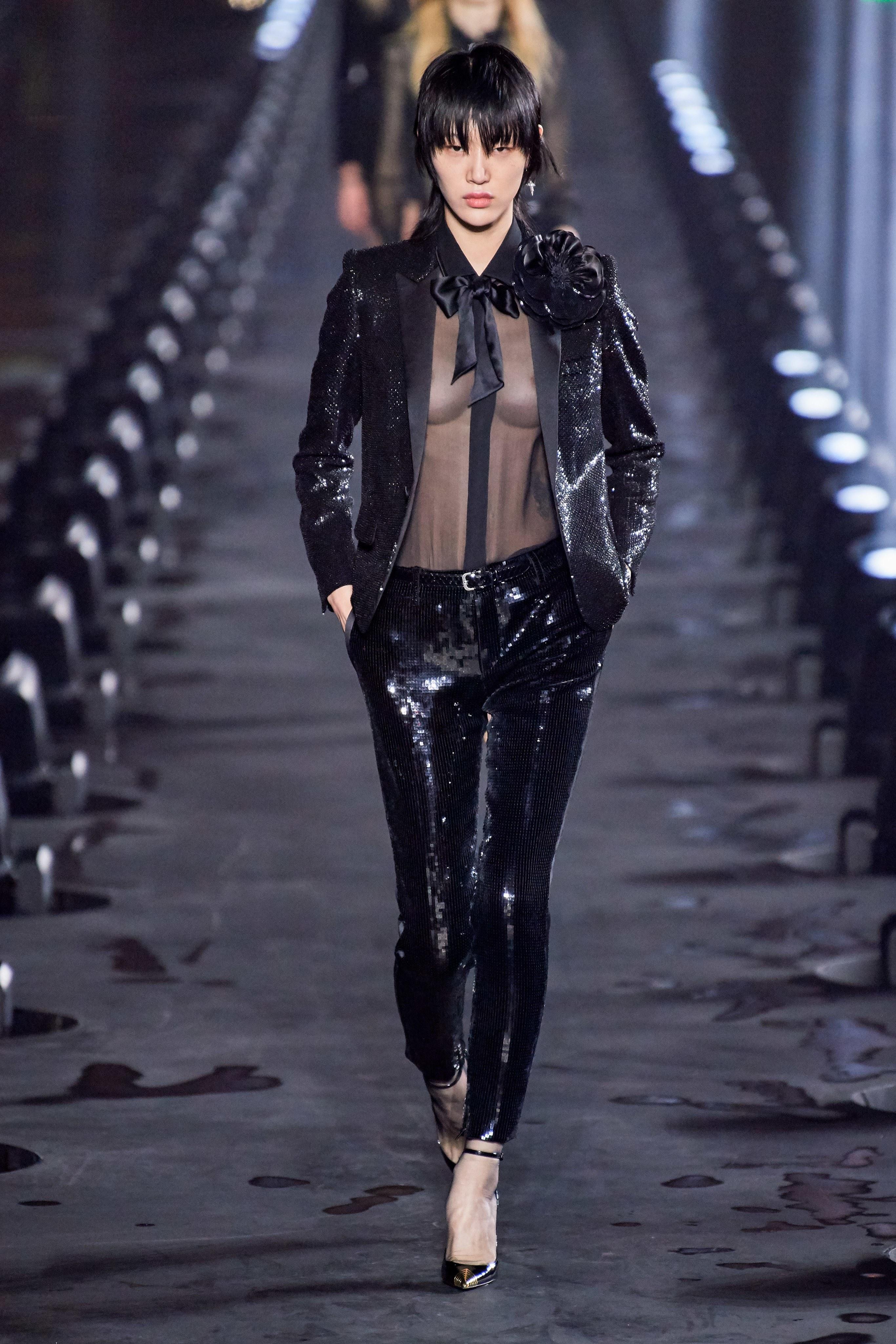 áo sơ mi xuyên thấu vest đen và quần da saint laurent