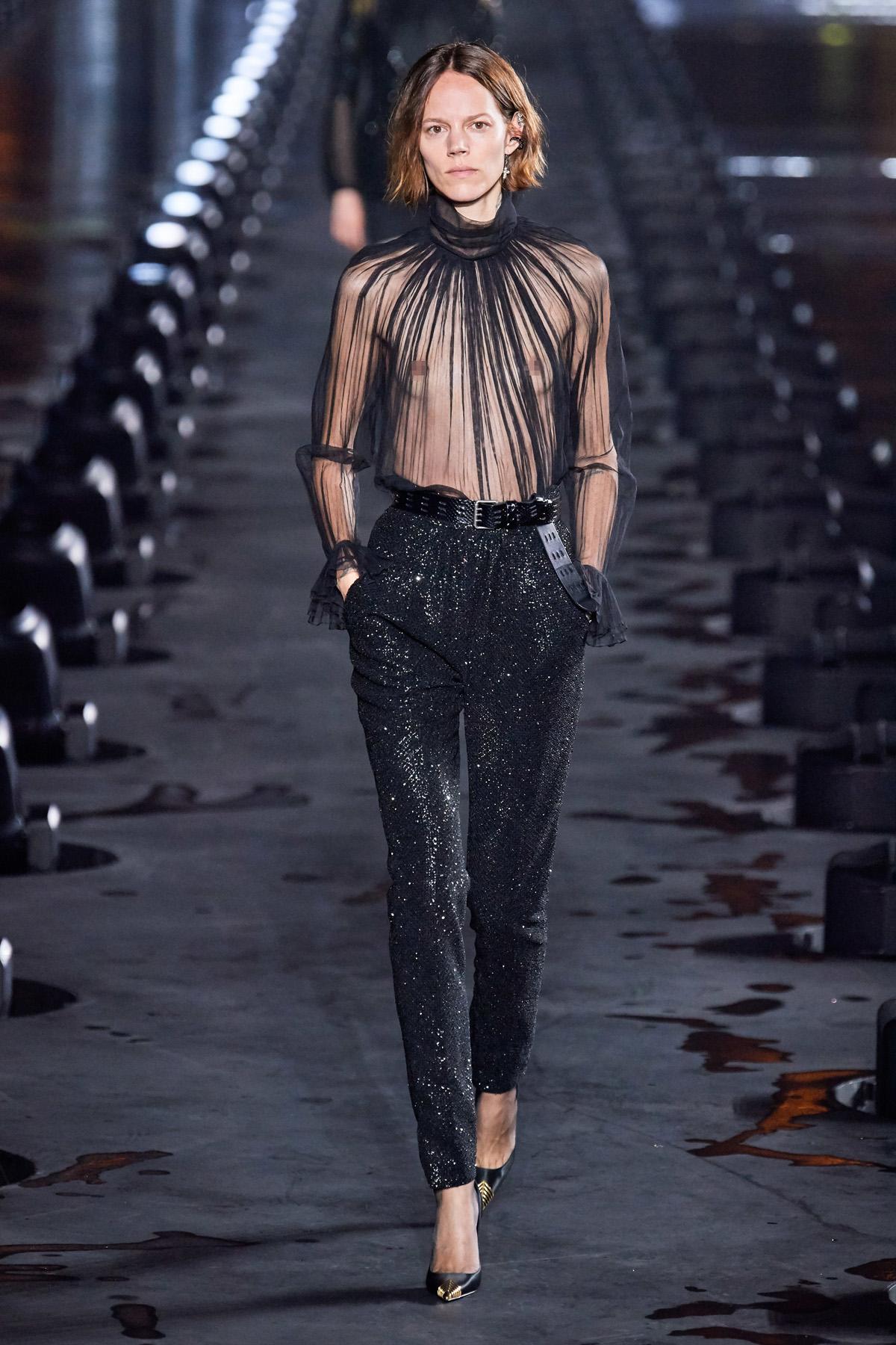 áo xuyên thấu và quần ánh kim saint laurent xuân hè 2020