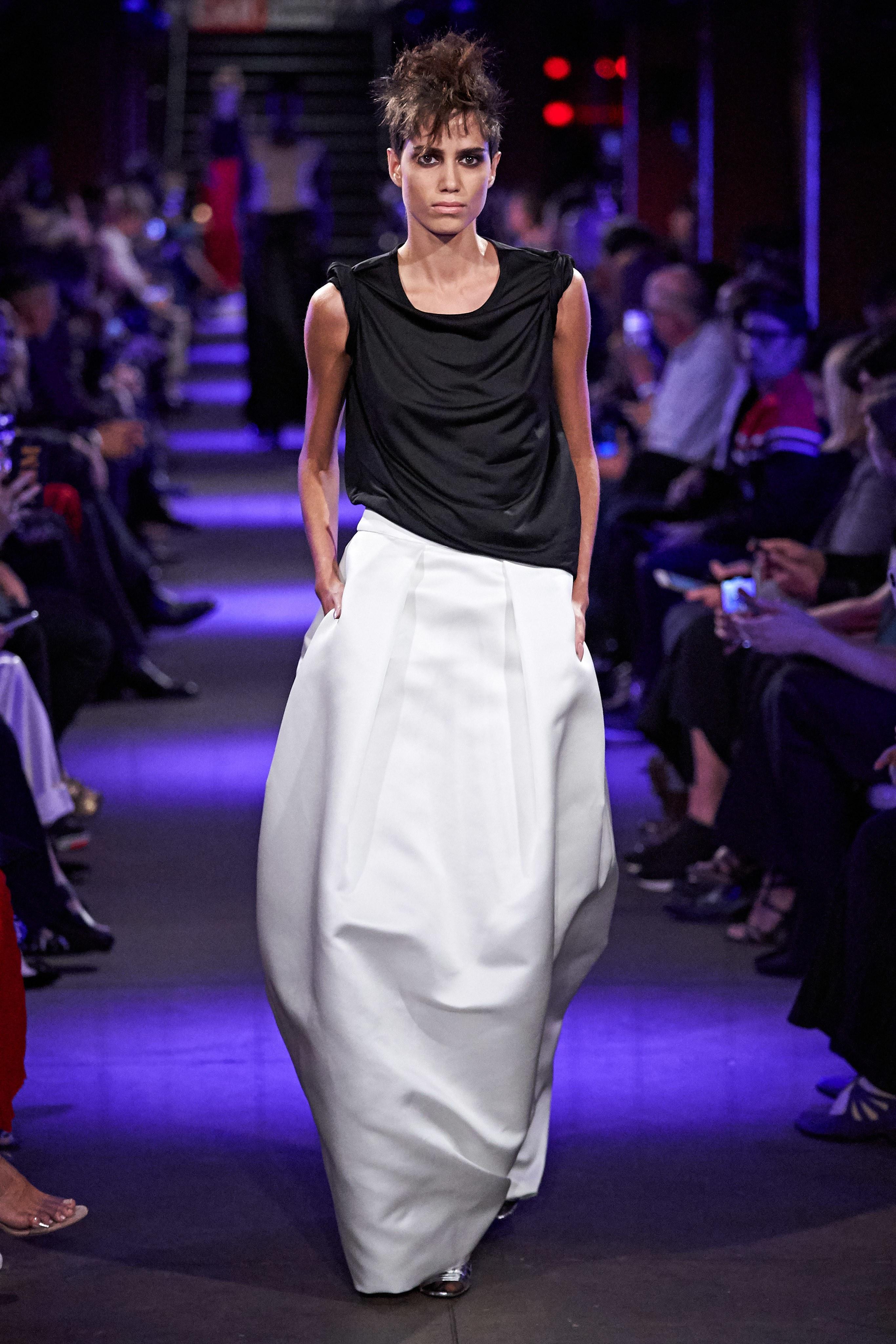 chân váy trắng và áo đen trong bst tom ford xuân hè 2020