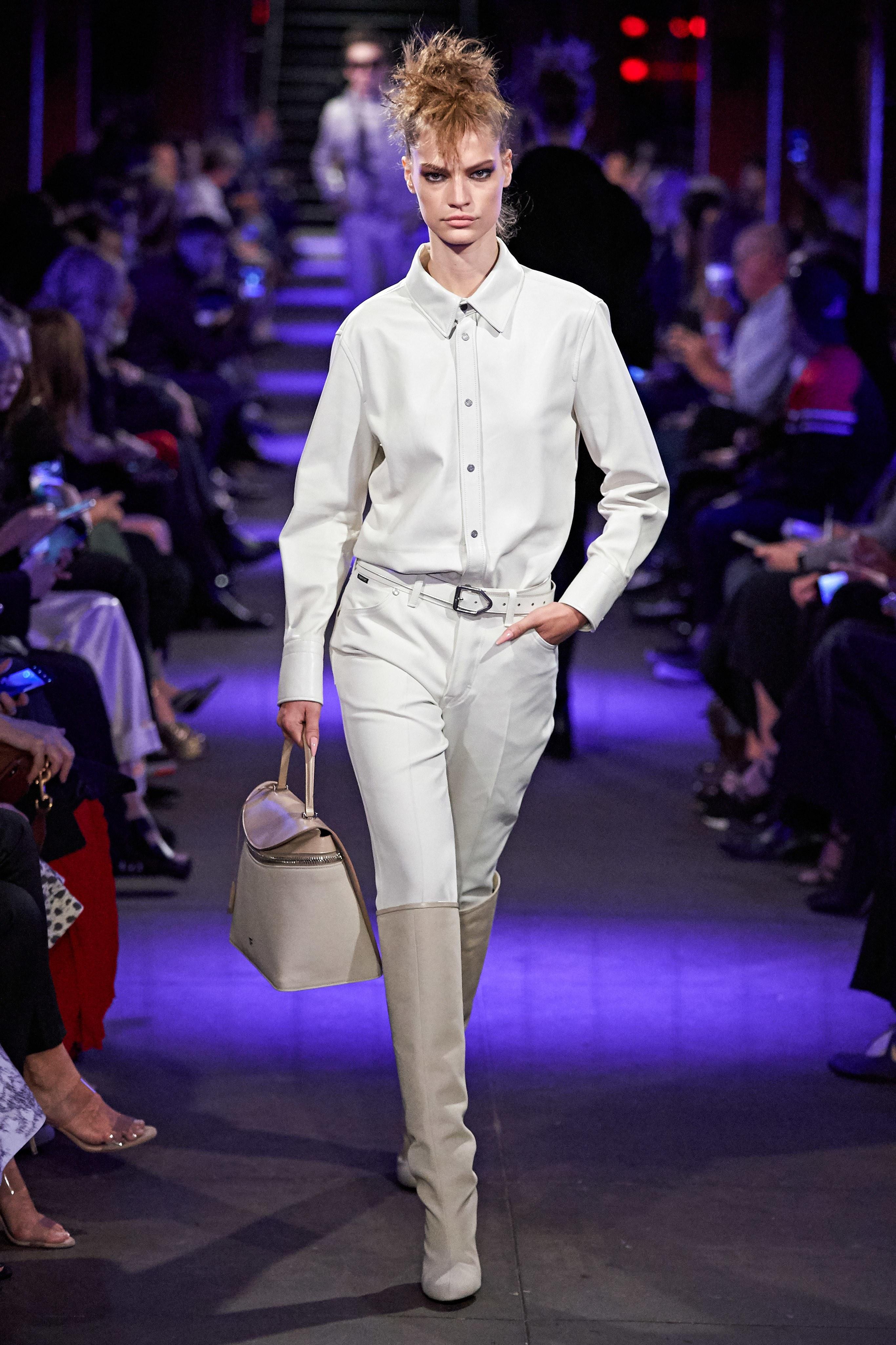 suit màu trắng và boots bst tom ford xuân hè 2020