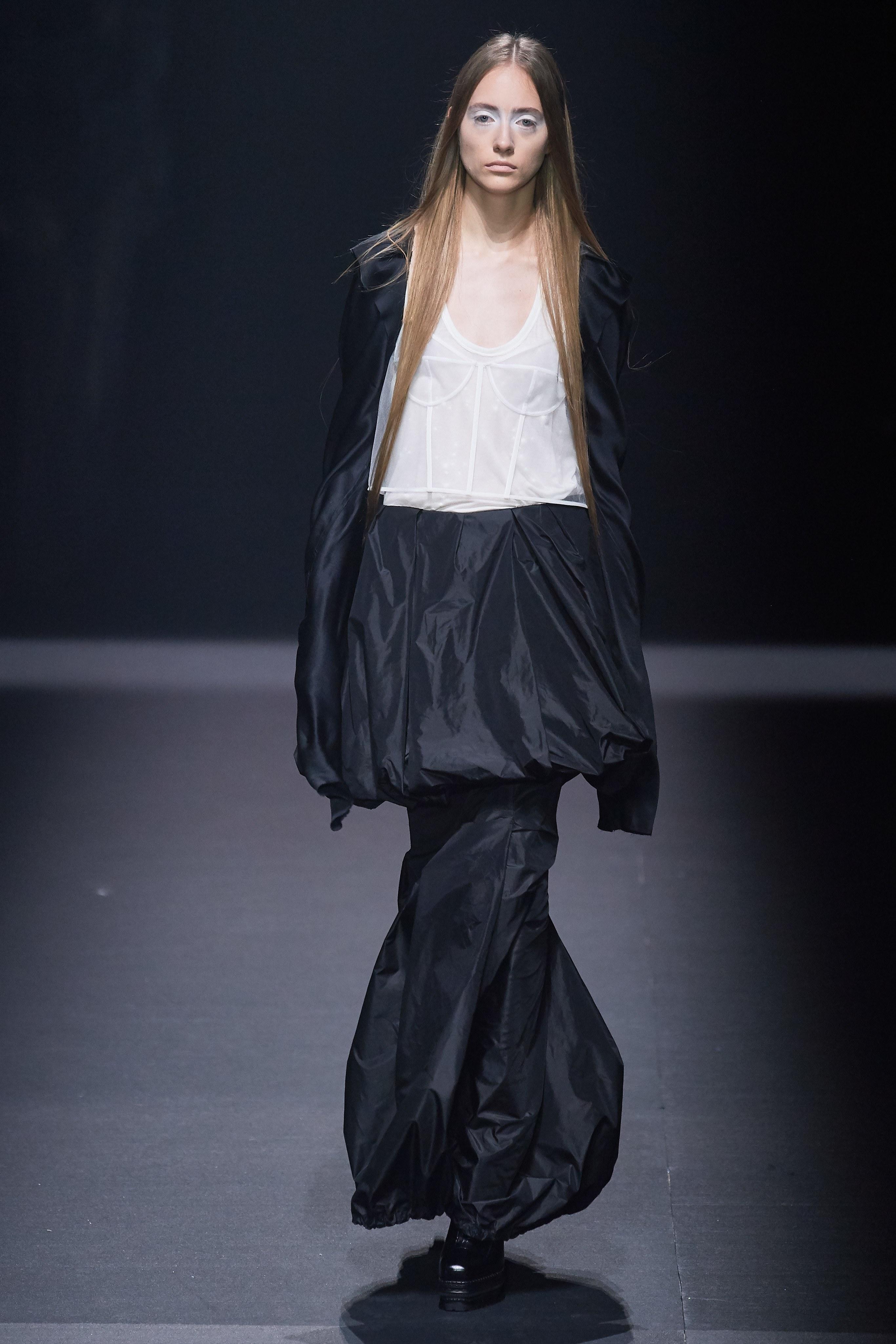 áo khoét ngực chân váy đen và áo khoác đen vera wang