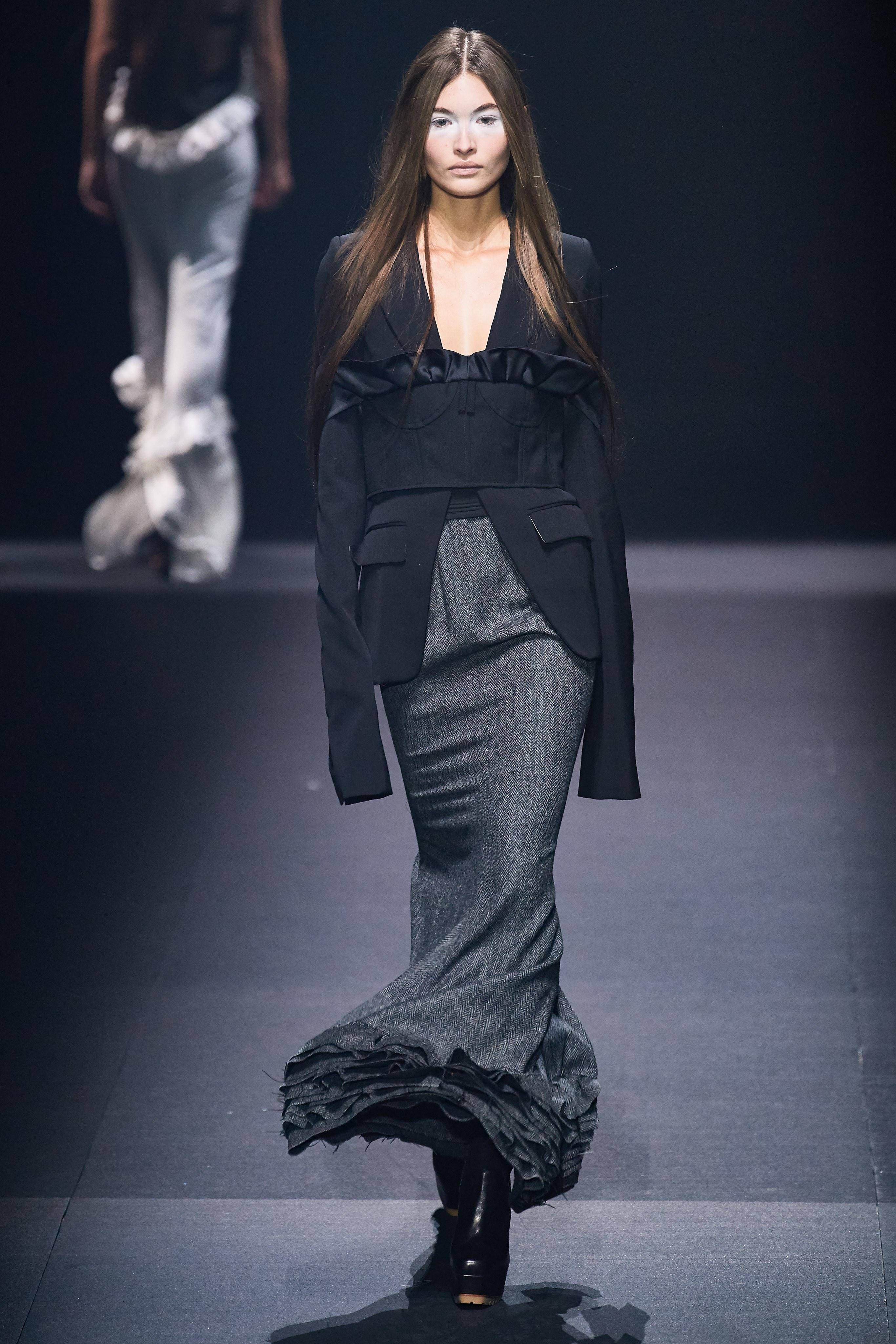 chân váy và áo blazer đen trong bộ sưu tập vera wang xuân hè 2020