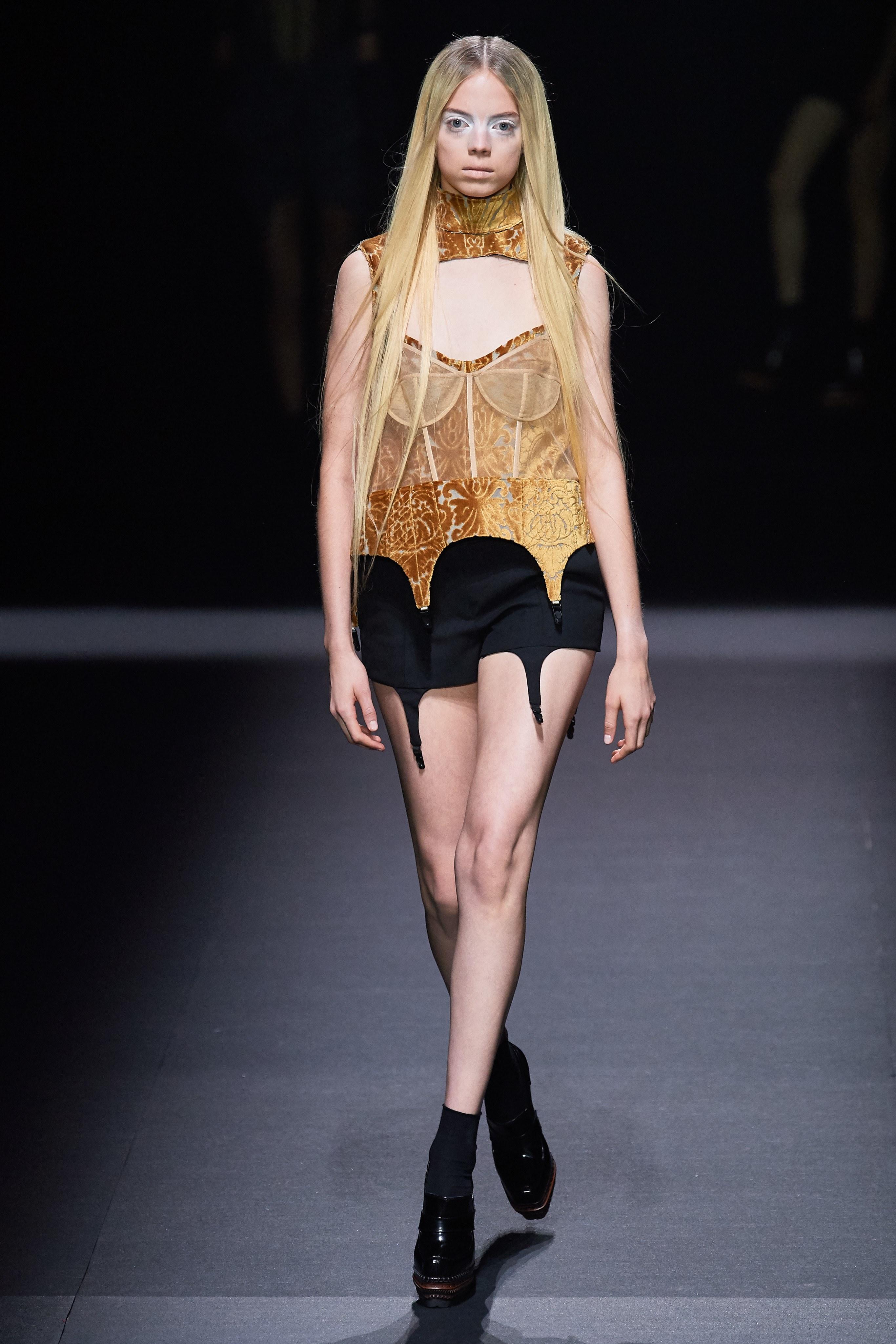 áo corset ánh vàng và quần shorts vera wang 2020