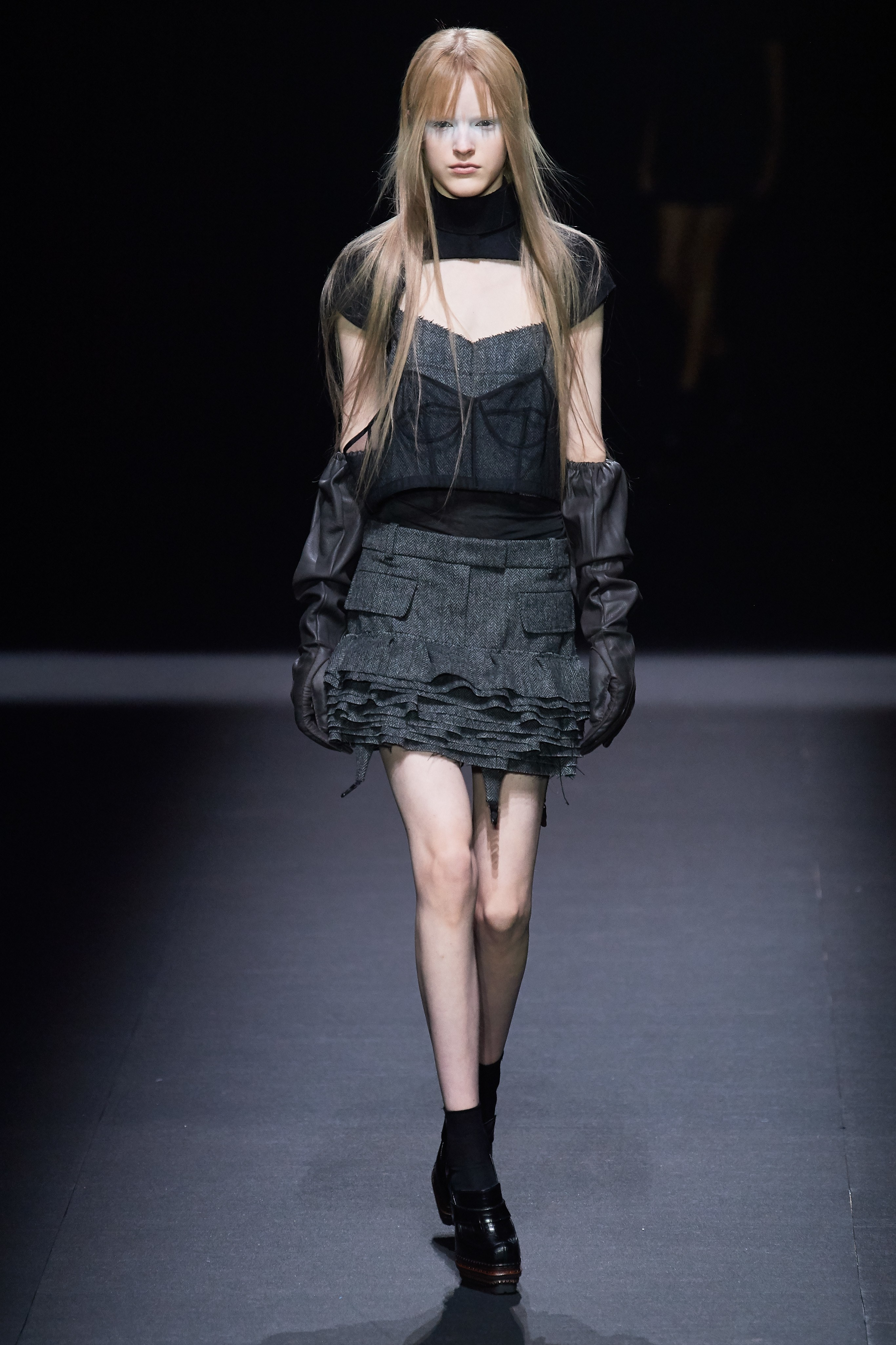 chân váy và áo màu đen xám trong bộ sưu tập vera wang