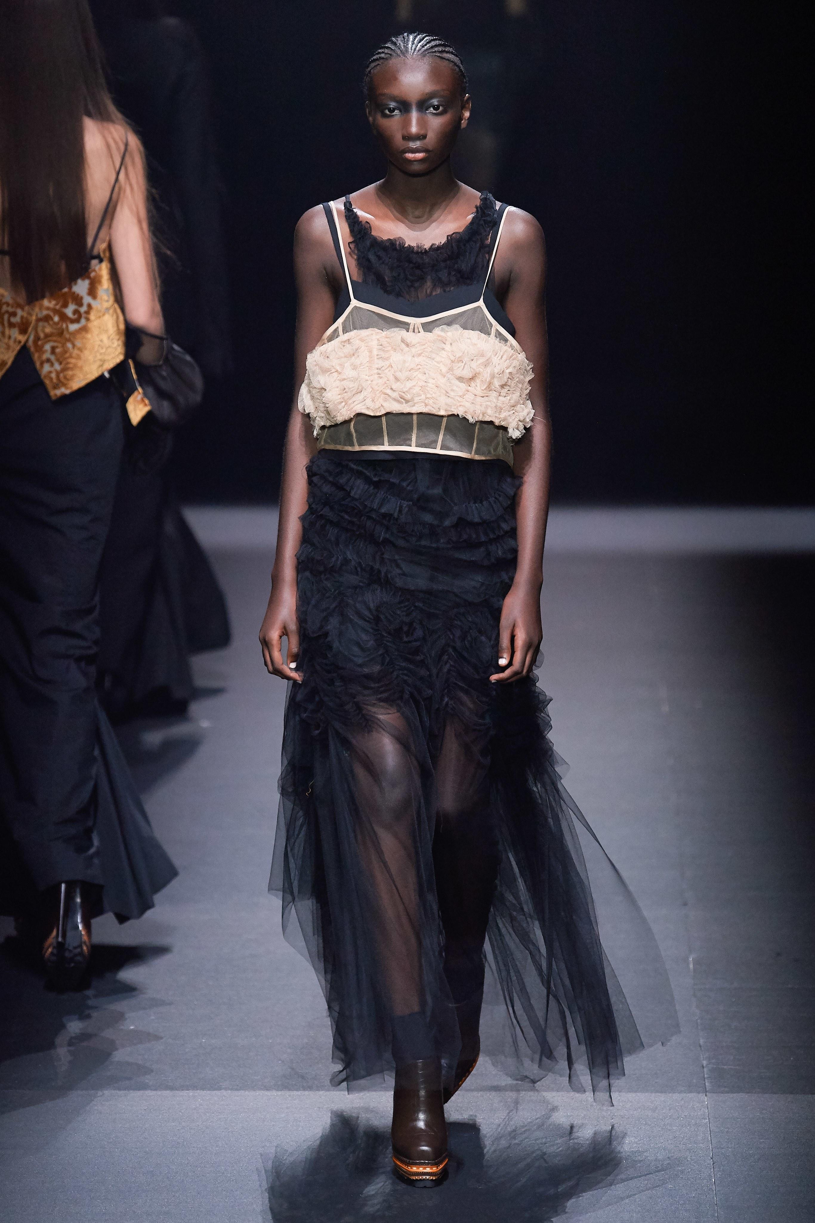 áo corsett và đầm xuyên thấu vera wang 2020