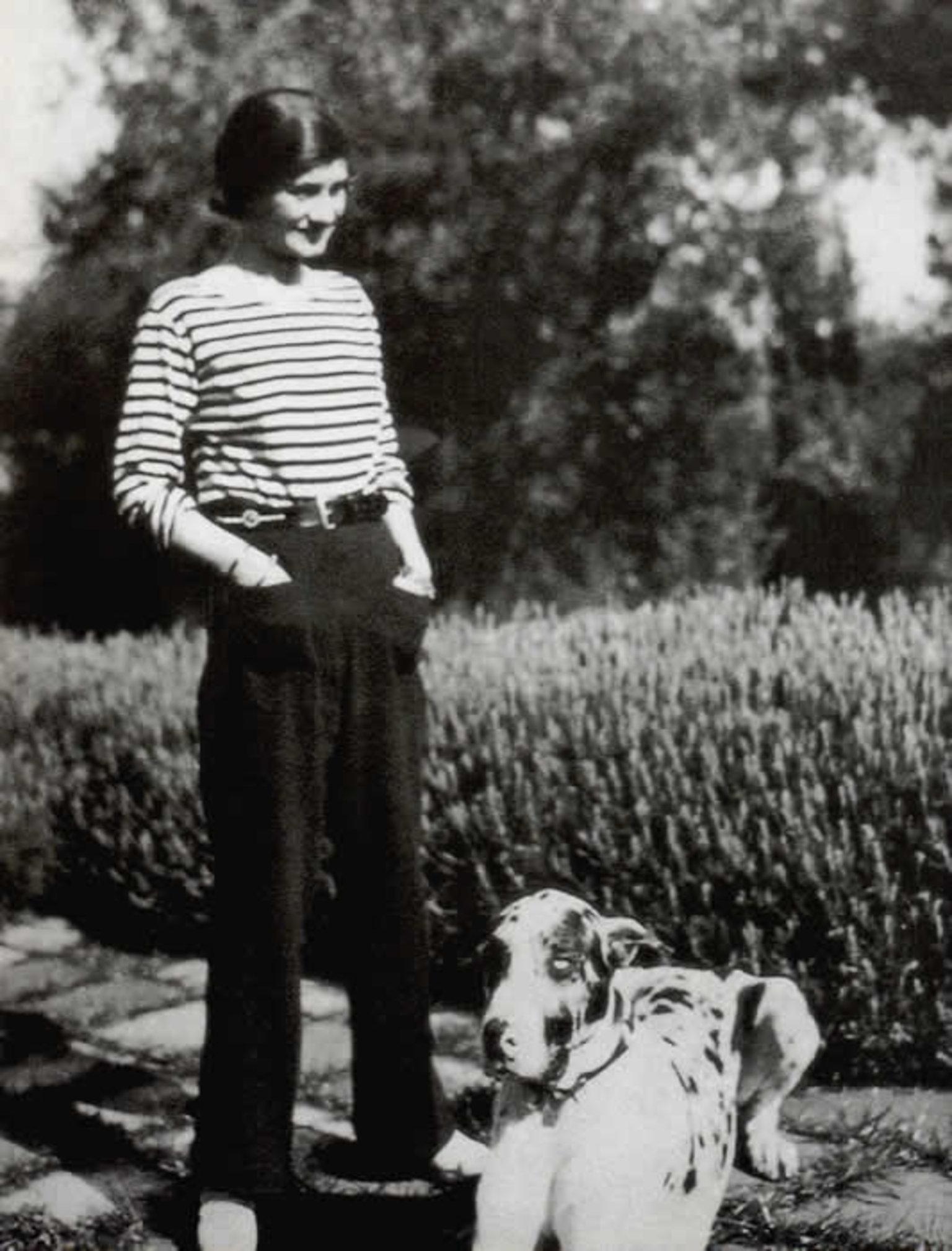 Ảnh chụp Coco Chanel trong chiếc áo Breton năm 1928.
