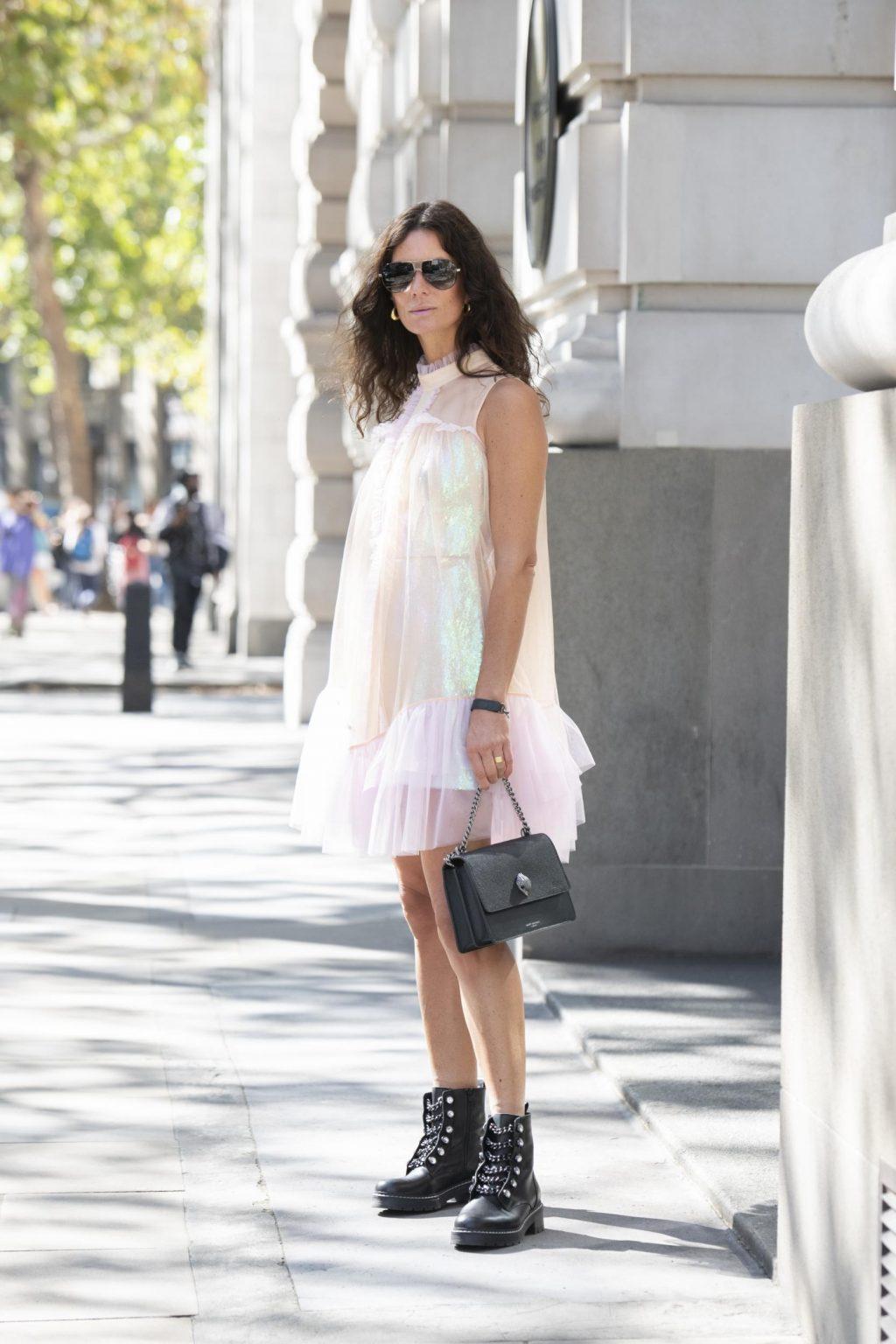 Cân bằng giữa nét nữ tính và cá tính bằng cách phối đầm voan và giày boots da tại Tuần lễ thời trang London Xuân - Hè 2020