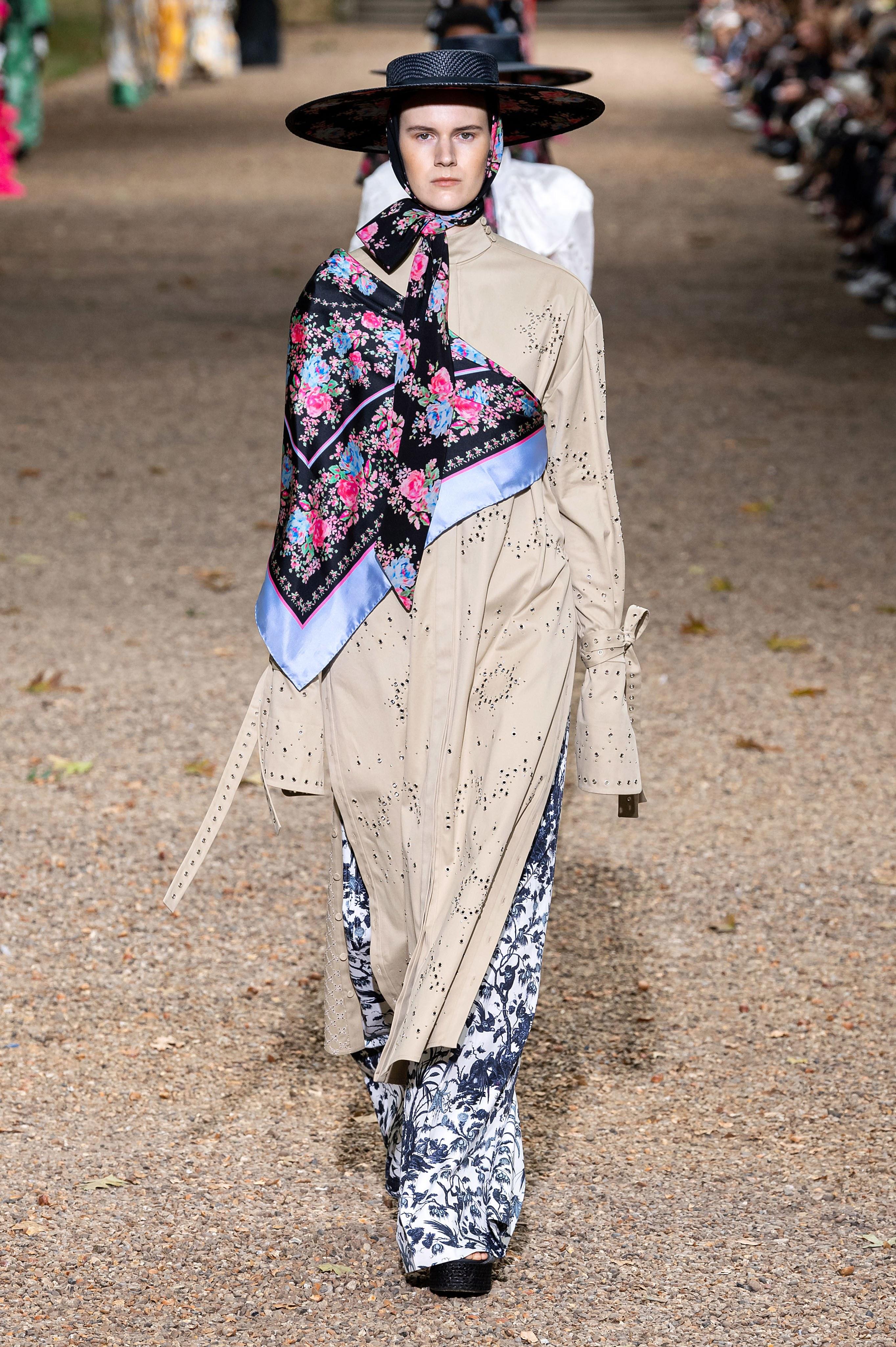 chi tiết khăn lụa kết hợp áo khoác bộ sưu tập erdem xuân hè 2020