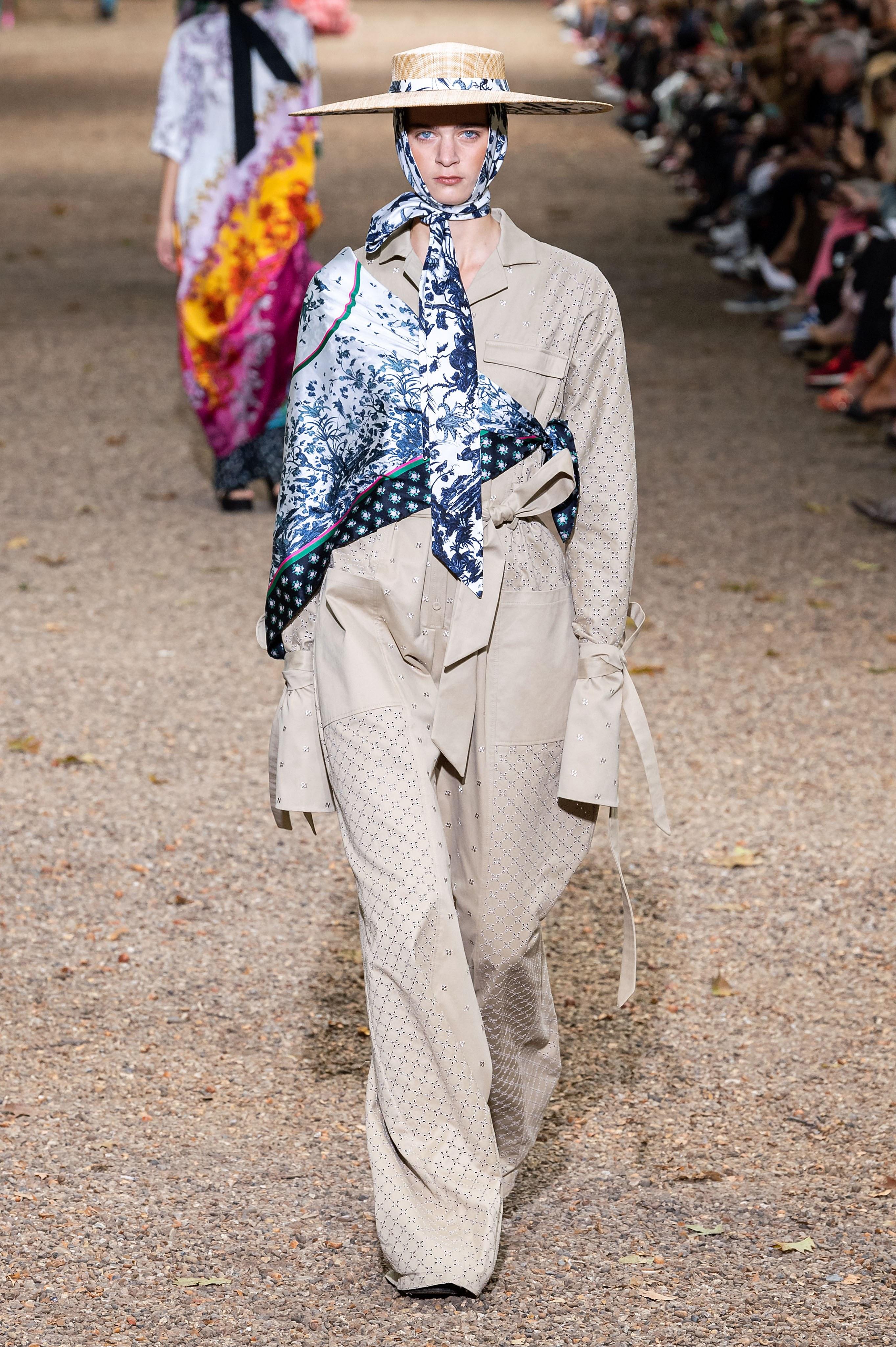 chi tiết khăn lụa kết hợp suit bộ sưu tập erdem xuân hè 2020