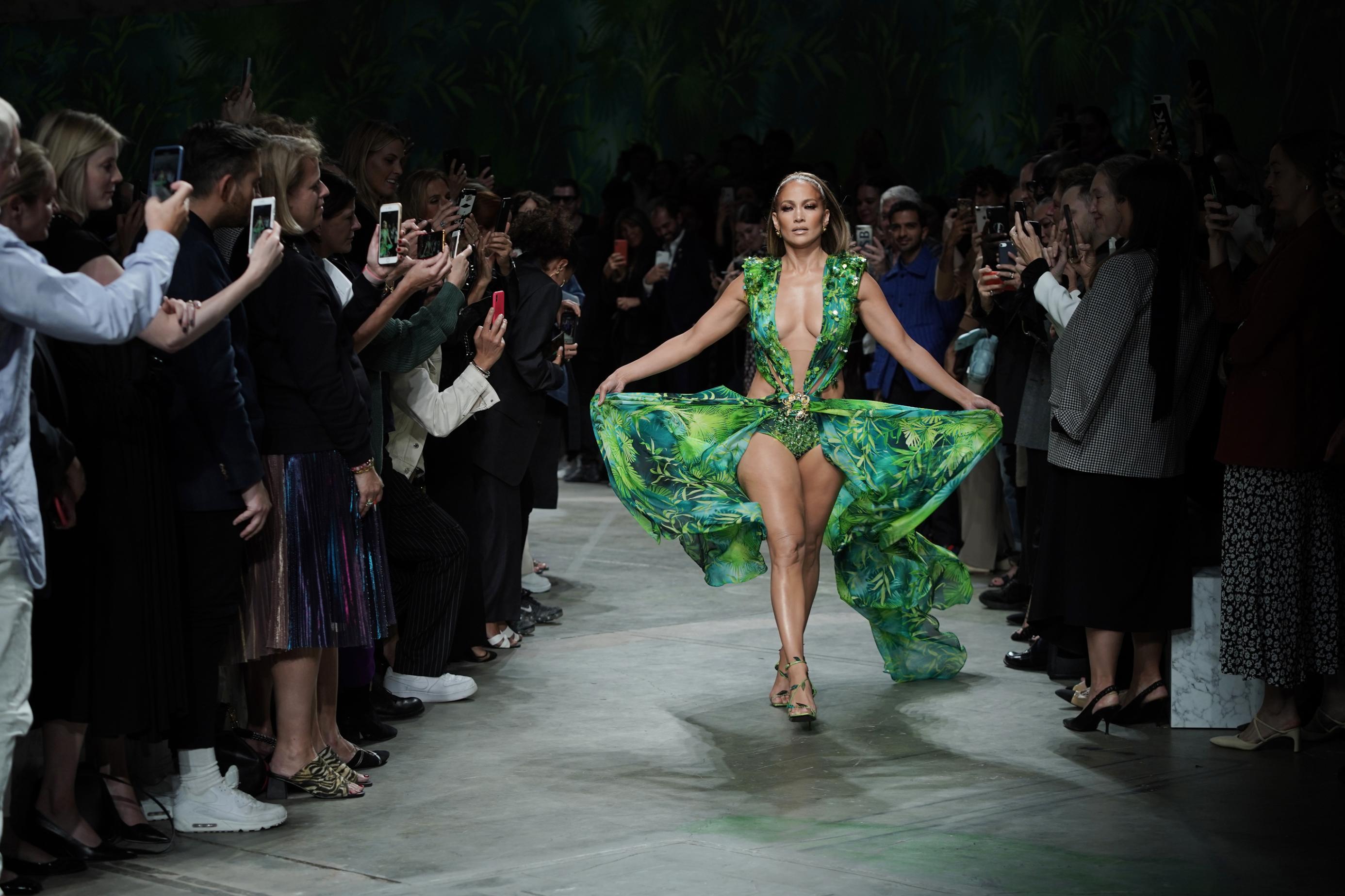 chiếc váy xanh Versace được Jennifer Lopez mặc trong Tuần lễ thời trang Milan Xuân - Hè 2020