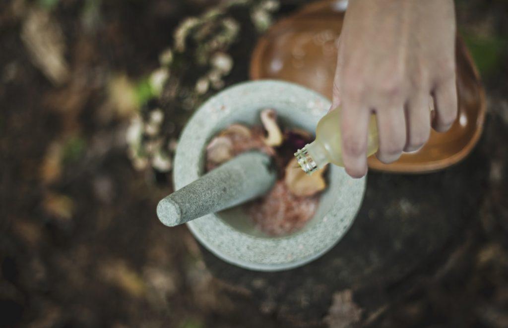 Với da khô, bạn nên cho vào hỗn hợp 1 muỗng canh dầu oliu (hoặc dầu hạt đào) và 1 muỗng canh mật ong vào hỗn hợp mặt nạ tiểu mạch và trứng gà. Ảnh: Unsplash.