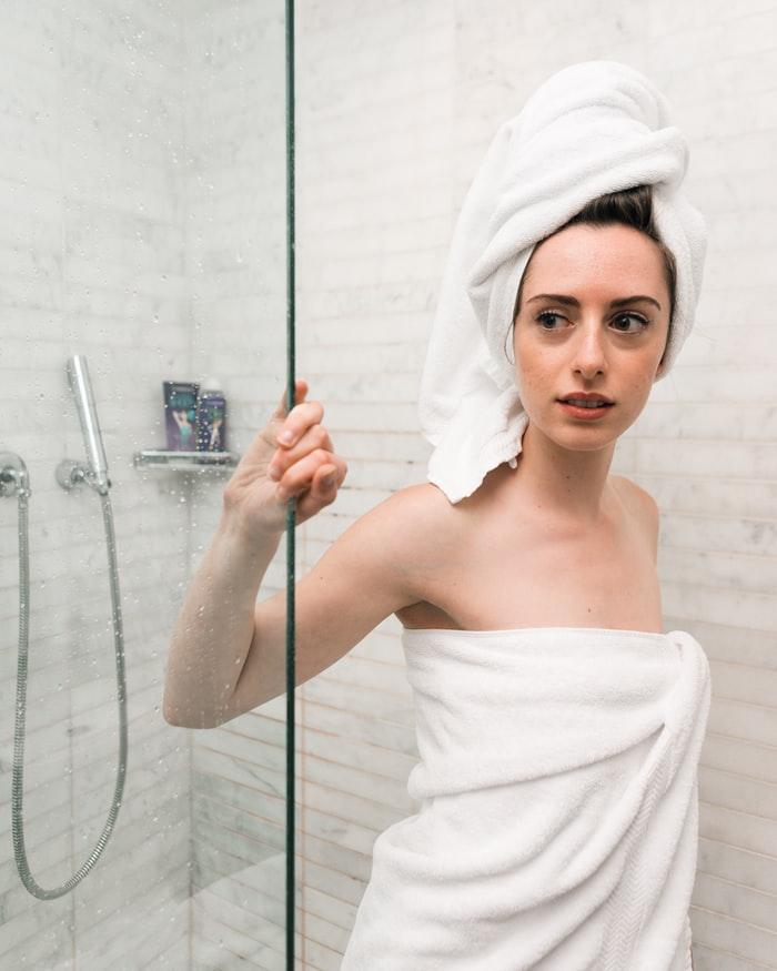 Rửa mặt bằng nước ấm trước và sau khi đắp mặt nạ yến mạch trị nhăn da. Ảnh: Unsplash.