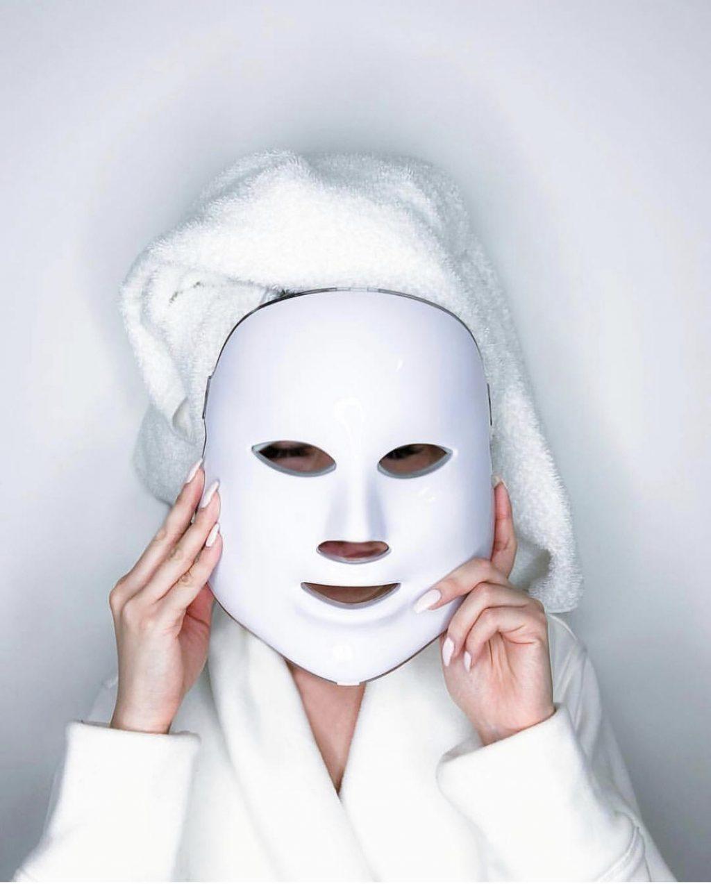 cô gái đắp mặt nạ