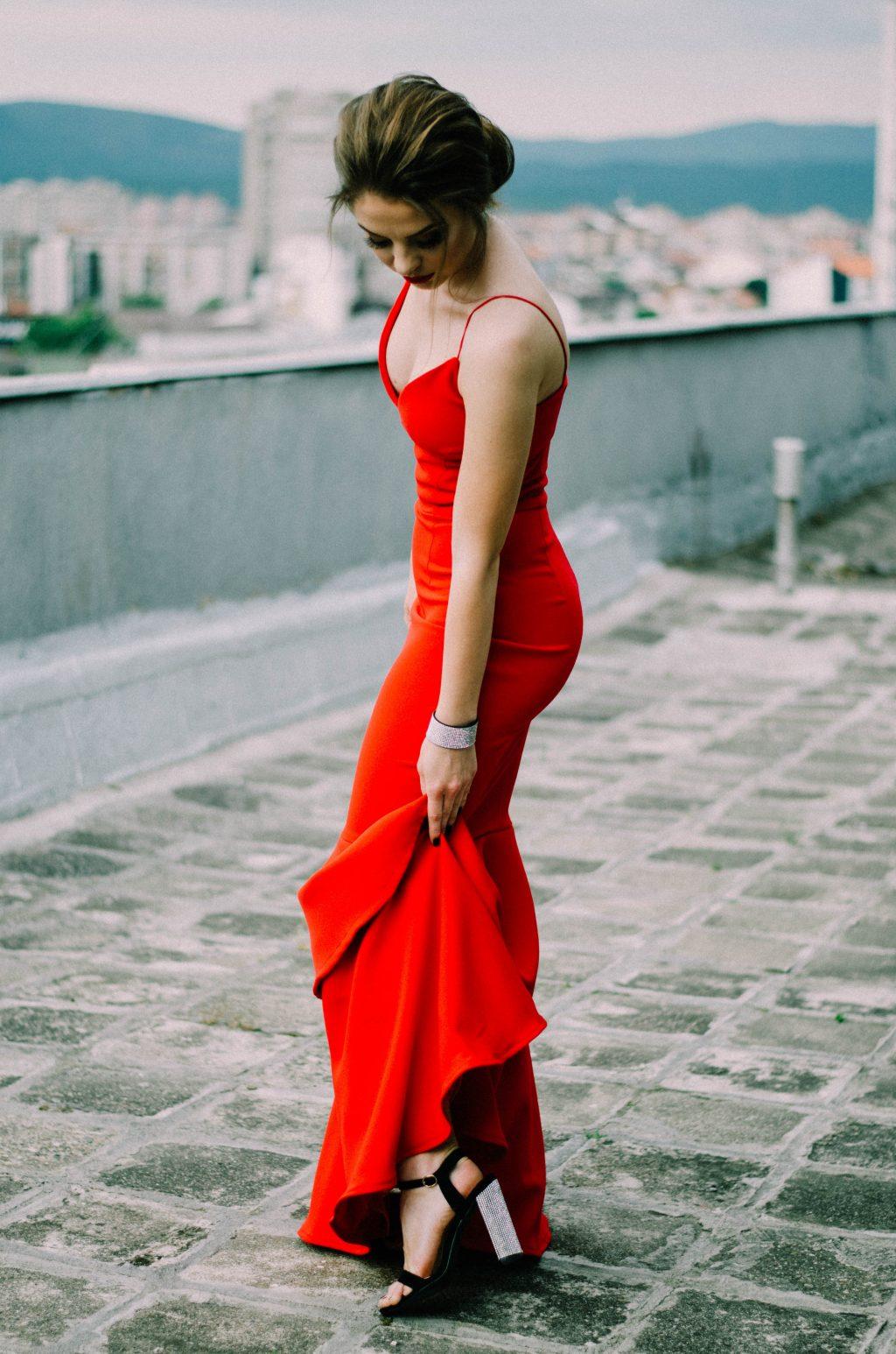 cô gái váy đỏ