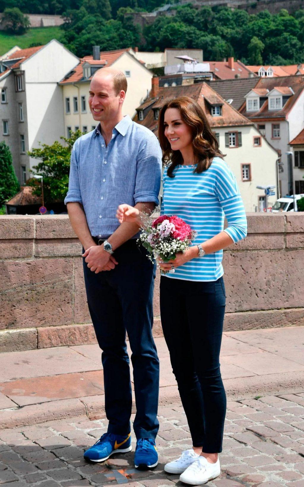 Công nương Kate phối áo kẻ ngang màu xanh sáng cùng giày sneakers trắng.