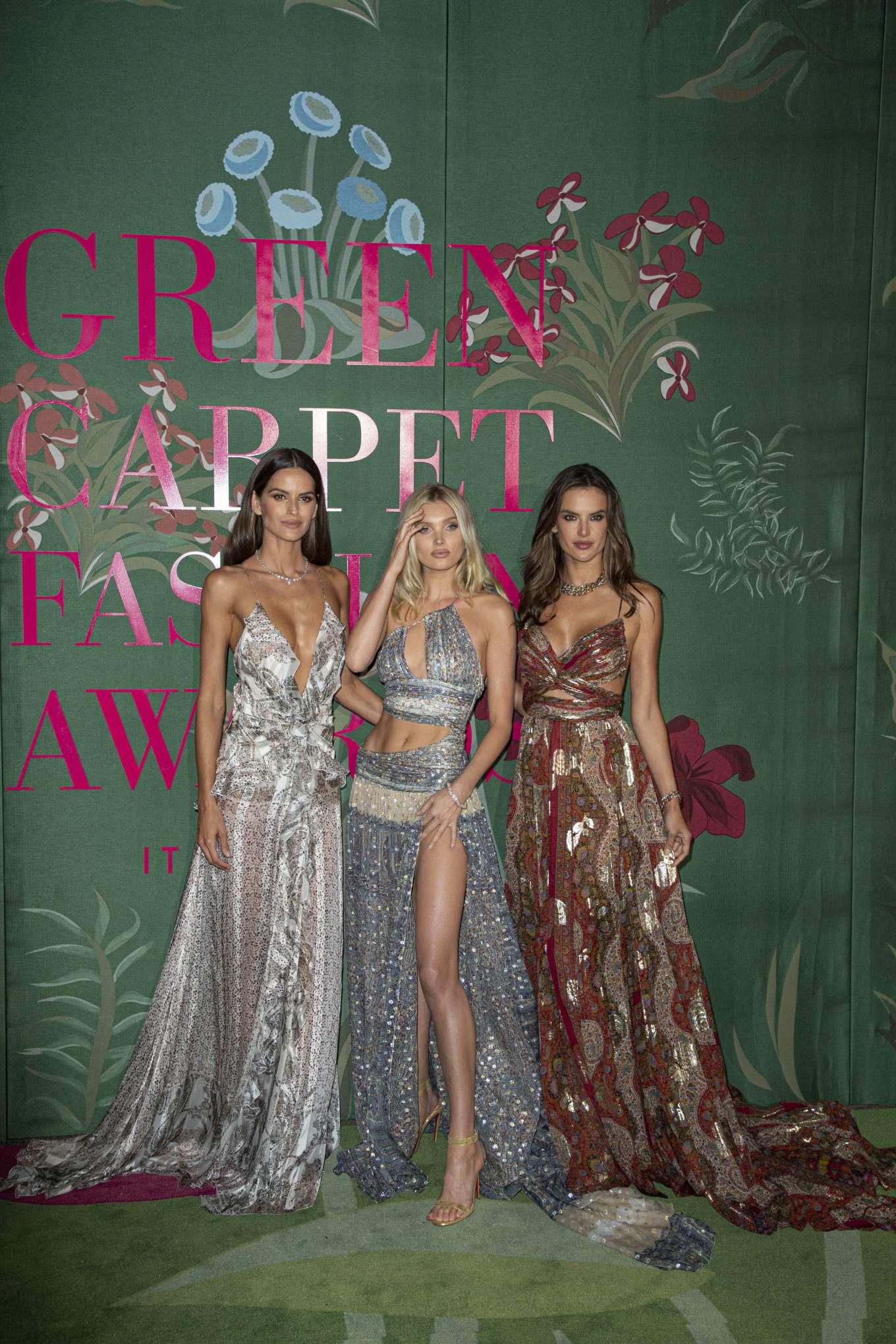Dàn người mẫu xuất hiện trong lễ trao giải Green Carpet Fashion Awards.