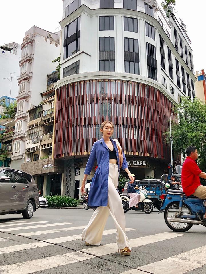Toàn bộ trang phục đều là đồ secondhand đến từ tủ đồ chia sẻ Việt Nam, Coco Dressing Room.