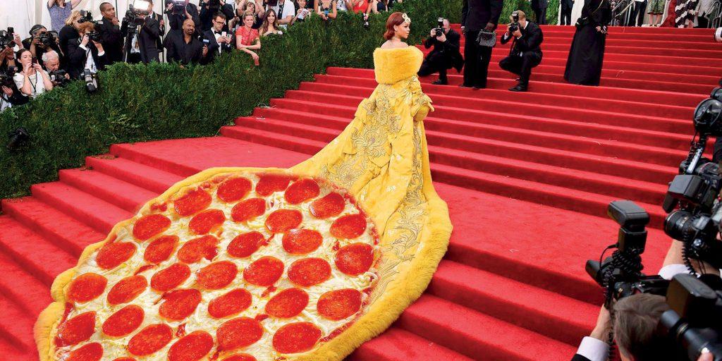 Thiết kế đầm trên thảm đỏ MET Gala 2019 của Rihanna được ví như bánh pizza